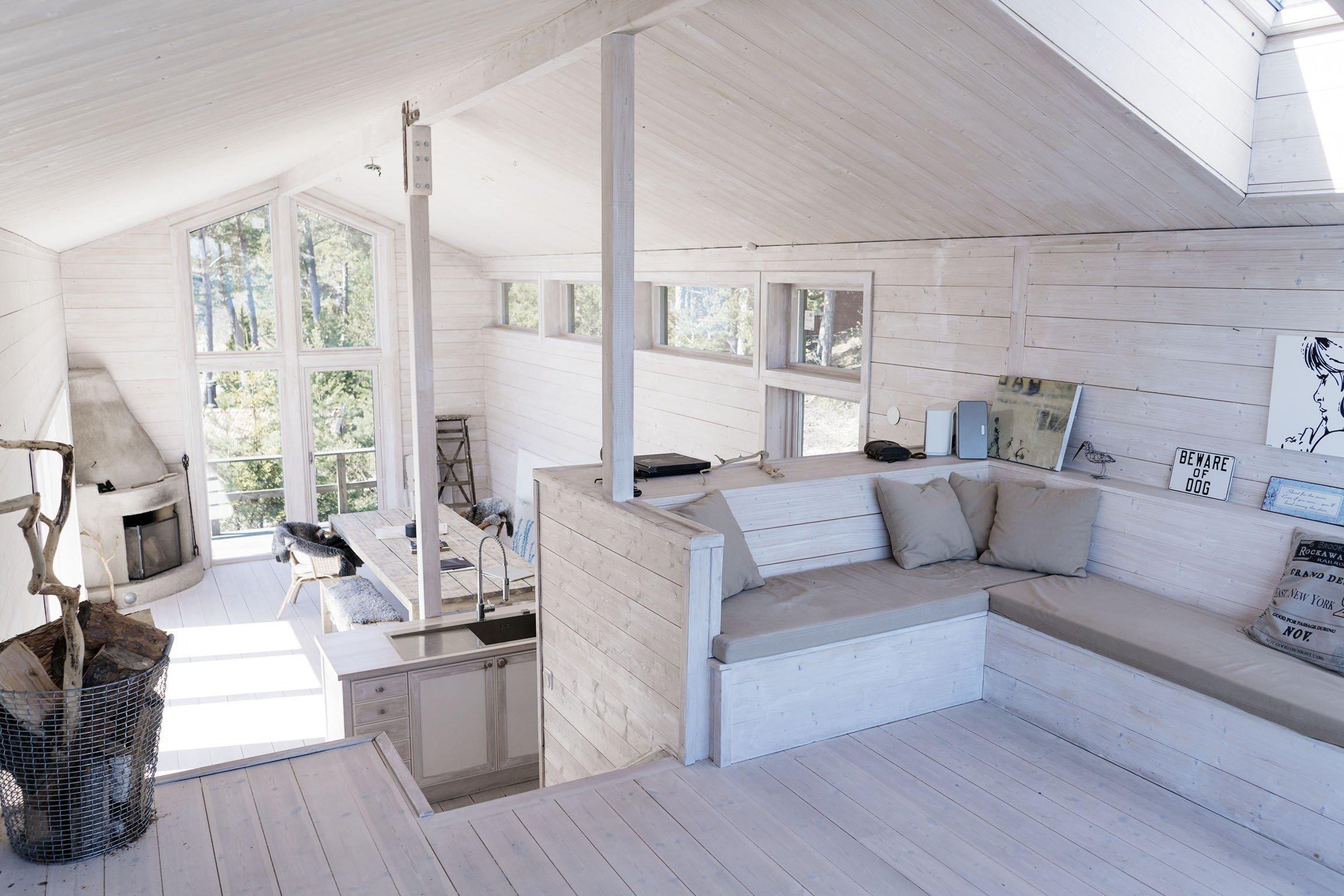 Dřevo, lesy, kámen, slunce a voda – to jsou stěžejní prvky spoludotvářející tento kouzelný dům u jezera. Přestože je zařízený v severském stylu, je plný světla, tepla a pozitivní atmosféry.