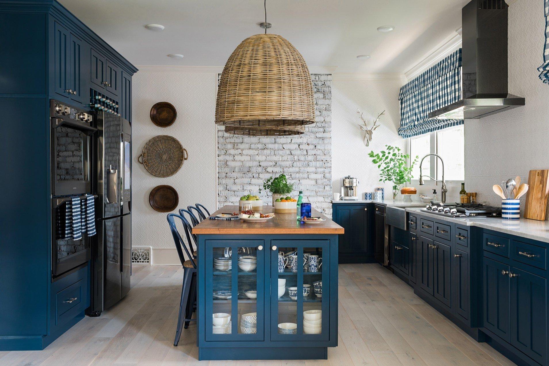 V téhle modré rustikální kuchyni nemá místo nuda ani špatná nálada. Působí vřelým venkovským dojmem, a přesto není vůbec zastaralá. Vařit se tu určitě musí jedna radost!