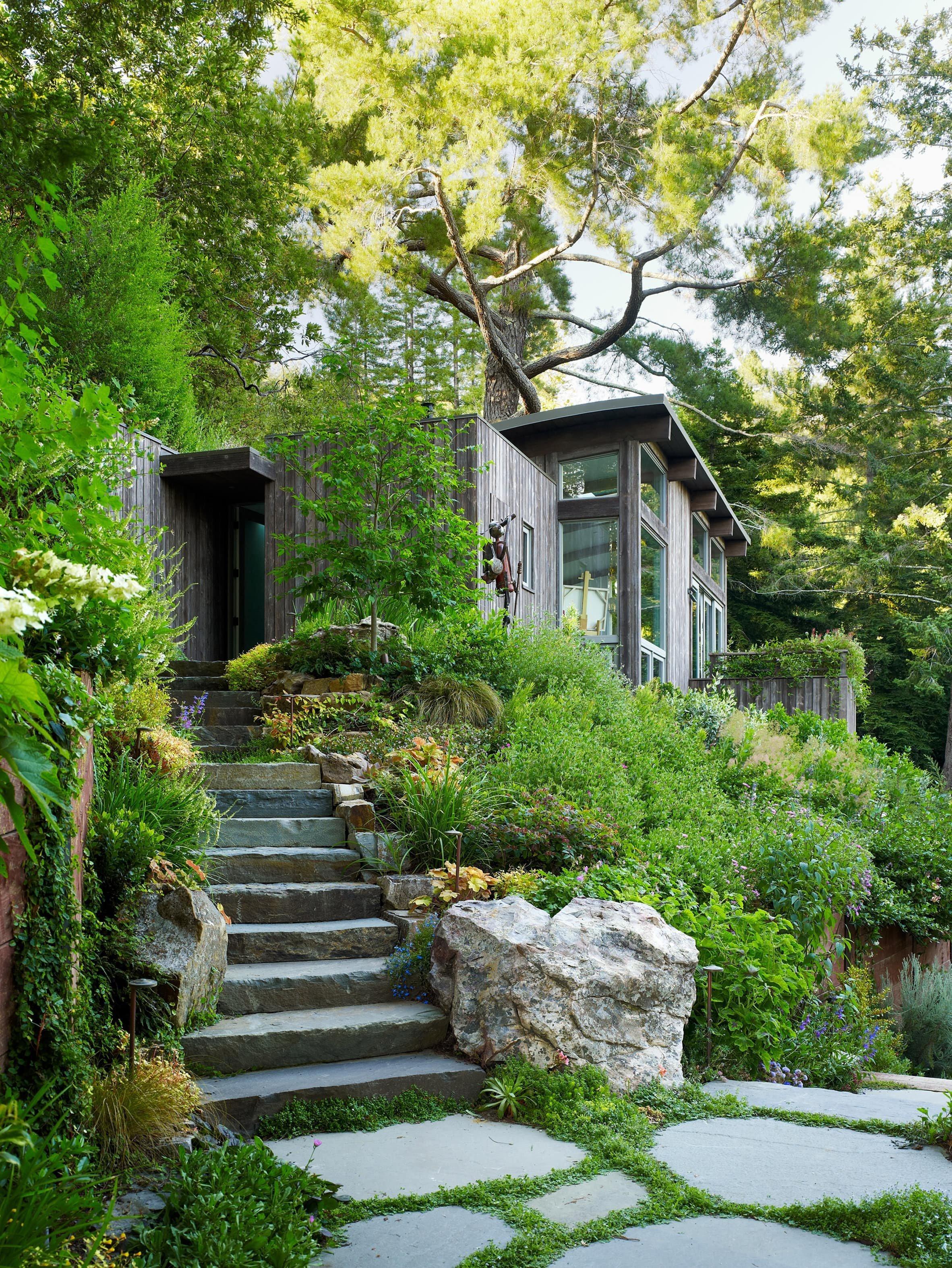 Kombinaci těchto dvou krásných chatek uprostřed přírody nelze považovat za klasické víkendové bydlení, kam se vydá běžná rodina na prázdniny. Jde o místo, které je jako stvořené pro svého majitele - umělce, nadšence do jógy a v neposlední řadě i zahradníka.