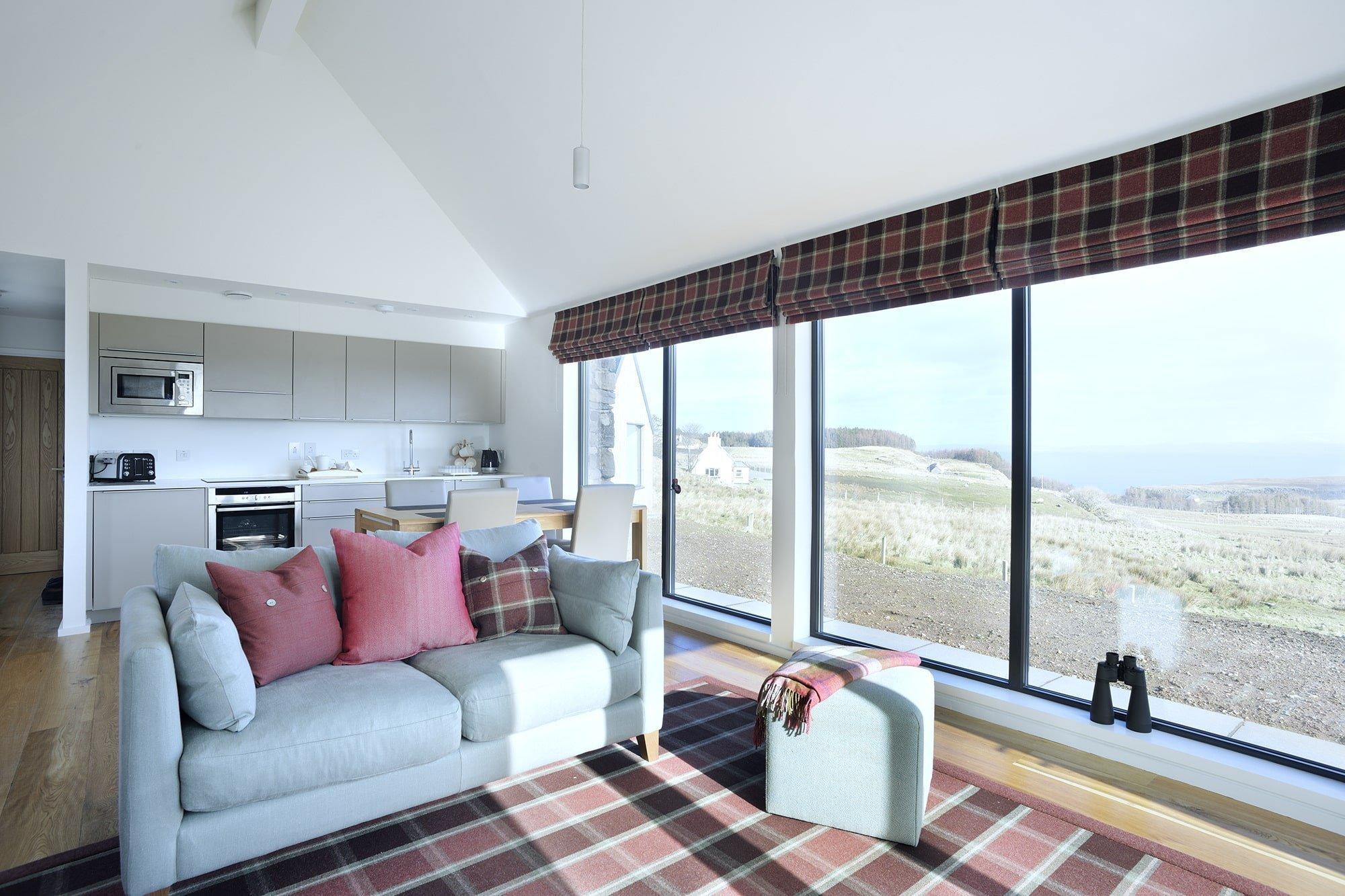 """Tento modulární dům se nachází na úchvatném místě na ostrově Skye, který je nejsevernějším ostrovem skotského souostroví Vnitřní Hebridy. Ve skotštině nese název Skye význam """"okřídlený"""". Okřídlený však naštěstí není dům, o kterém je tu řeč, protože jinak by neustál silné vichry vanoucí od Atlantiku a neposkytoval by tak dechberoucí výhledy do okolní krajiny."""