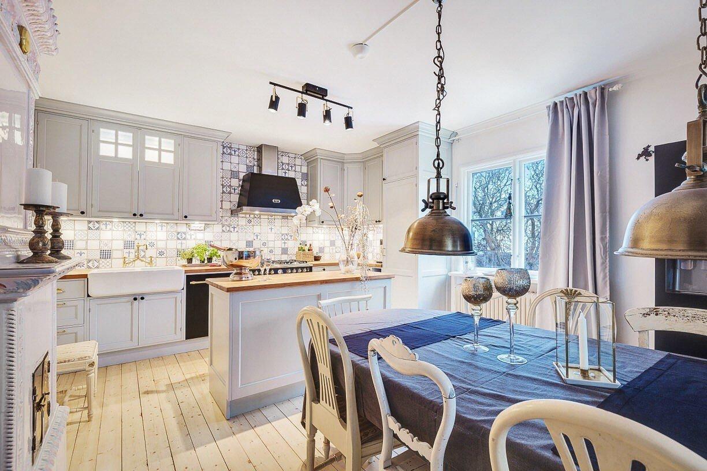 Naprosto půvabnou kuchyni jako ze zámku, do které dnes nahlédneme, zdobí přitažlivá mozaika v modrobílém provedení. Jemná elegance je tu však zastoupena i řadou dalších prvků.
