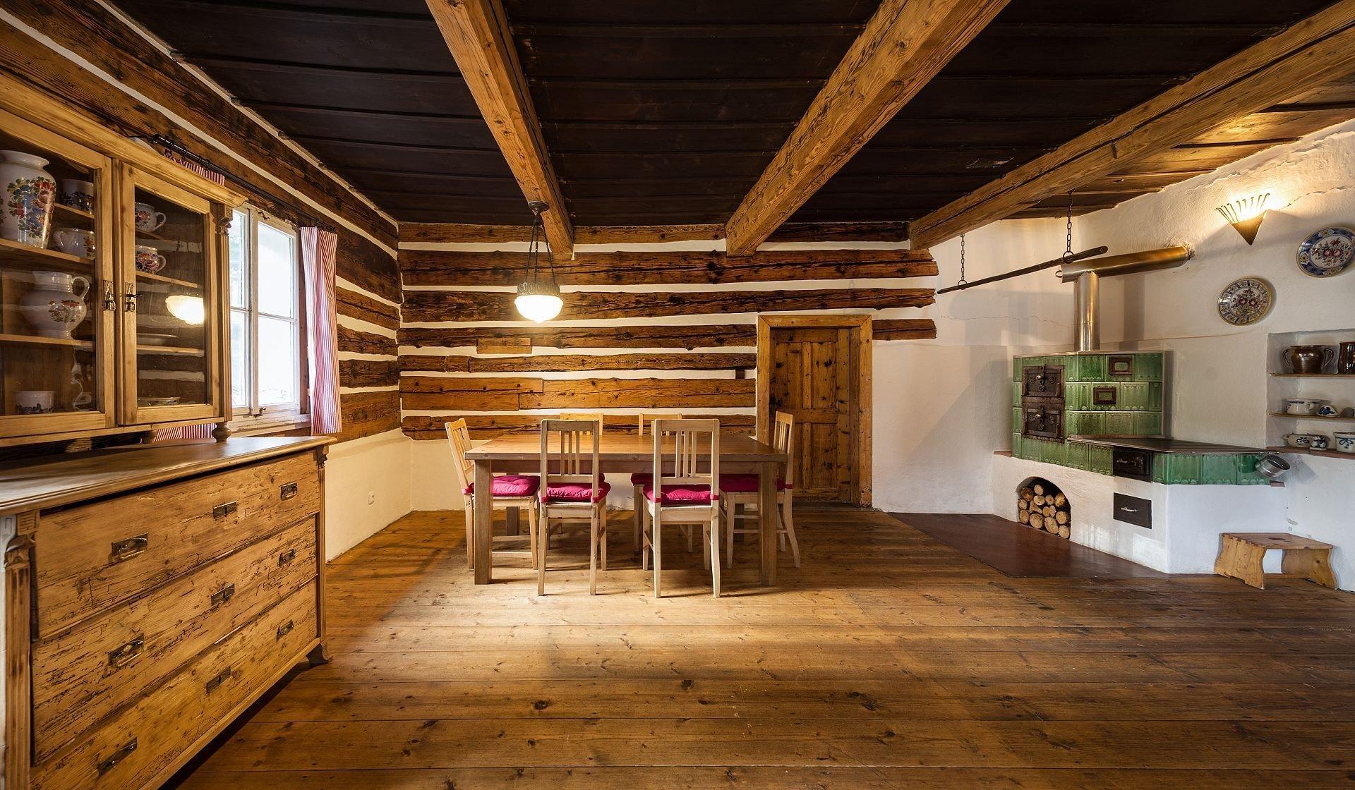 Kdo by nechtěl bydlet v pohádkové roubence vonící dřevem i láskou ke starým dobrým časům? Pojďme se podívat, jak se asi bydlí v tomto kouzelném stavení a v místě, kde lišky dávají dobrou noc.
