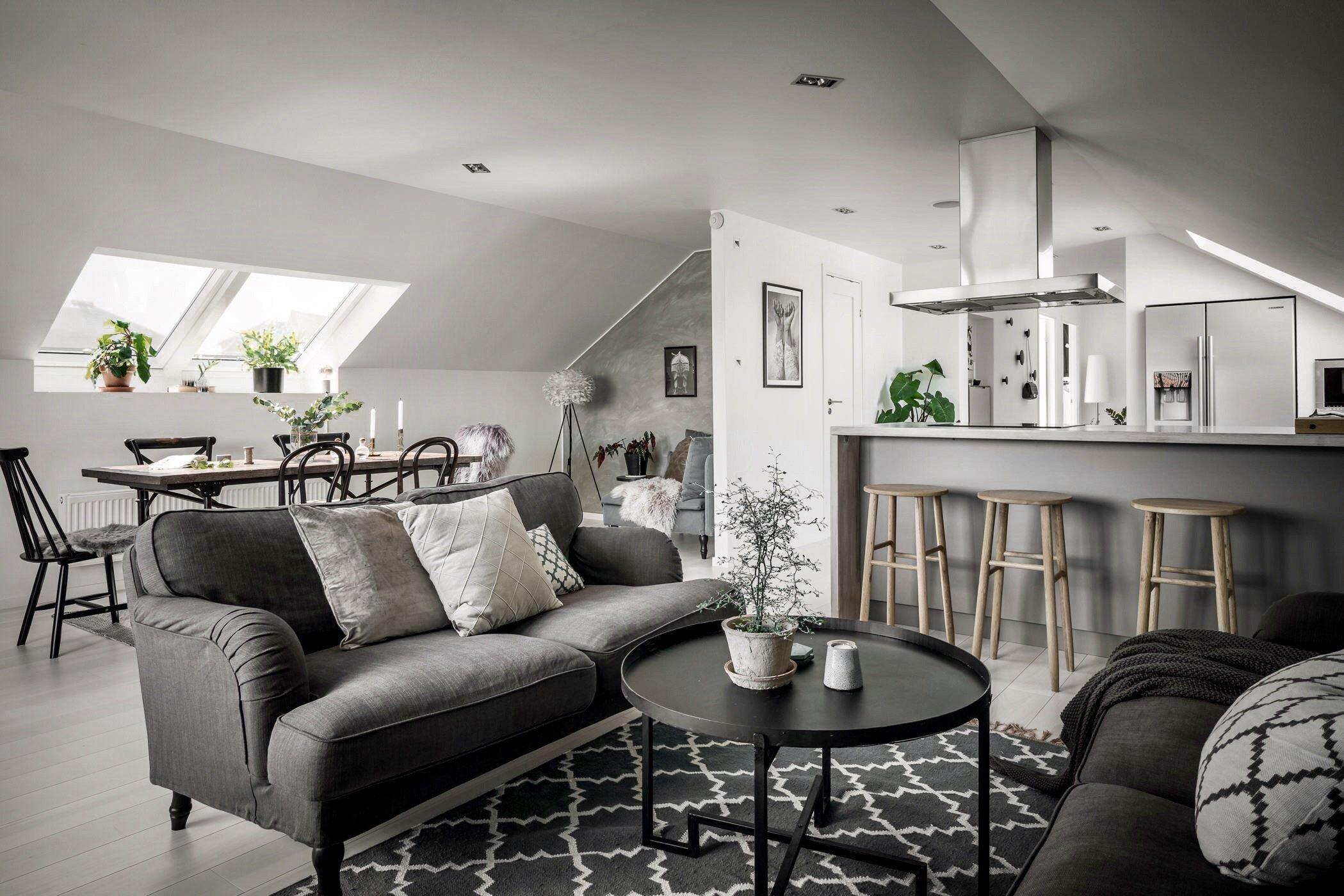 Podkrovní byt, do kterého dnes nahlédneme, je jasným důkazem toho, že interiér zařízený v bílé, šedé a černé barvě může působit útulně hřejivým dojmem.