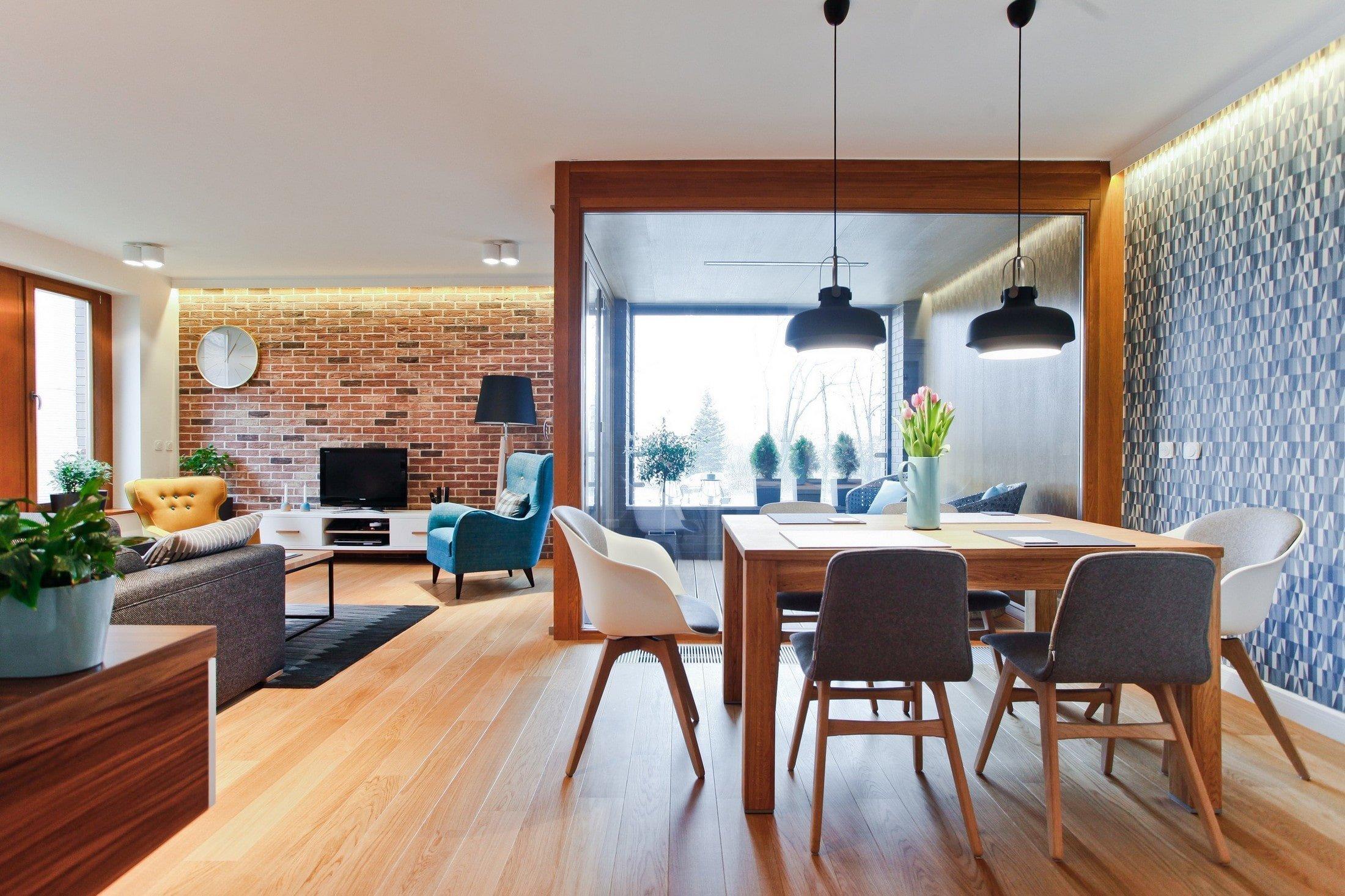 Chytře navržený apartmán s rozlohou 110 metrů čtverečních v polských Katovicích je zhmotněním představ manželského páru, který zde žije. Projektu se ujal tým architektů Superposition Architects a zařídili ho v teplých a příjemných barvách, ke kterým přispívá červená cihlová stěna v obývacím pokoji a dřevo užité na oknech a podlaze.