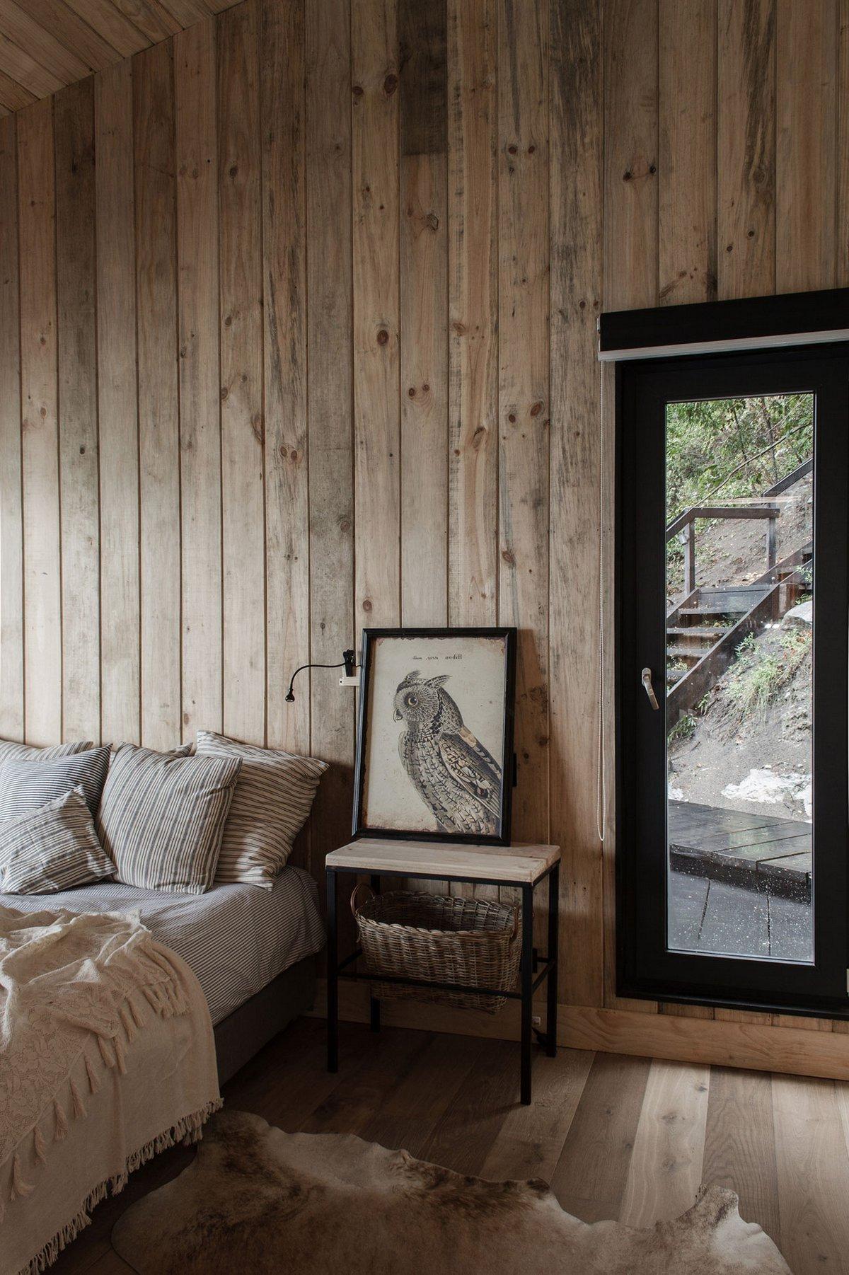 Interiér je vybavený v jednoduchém stylu.