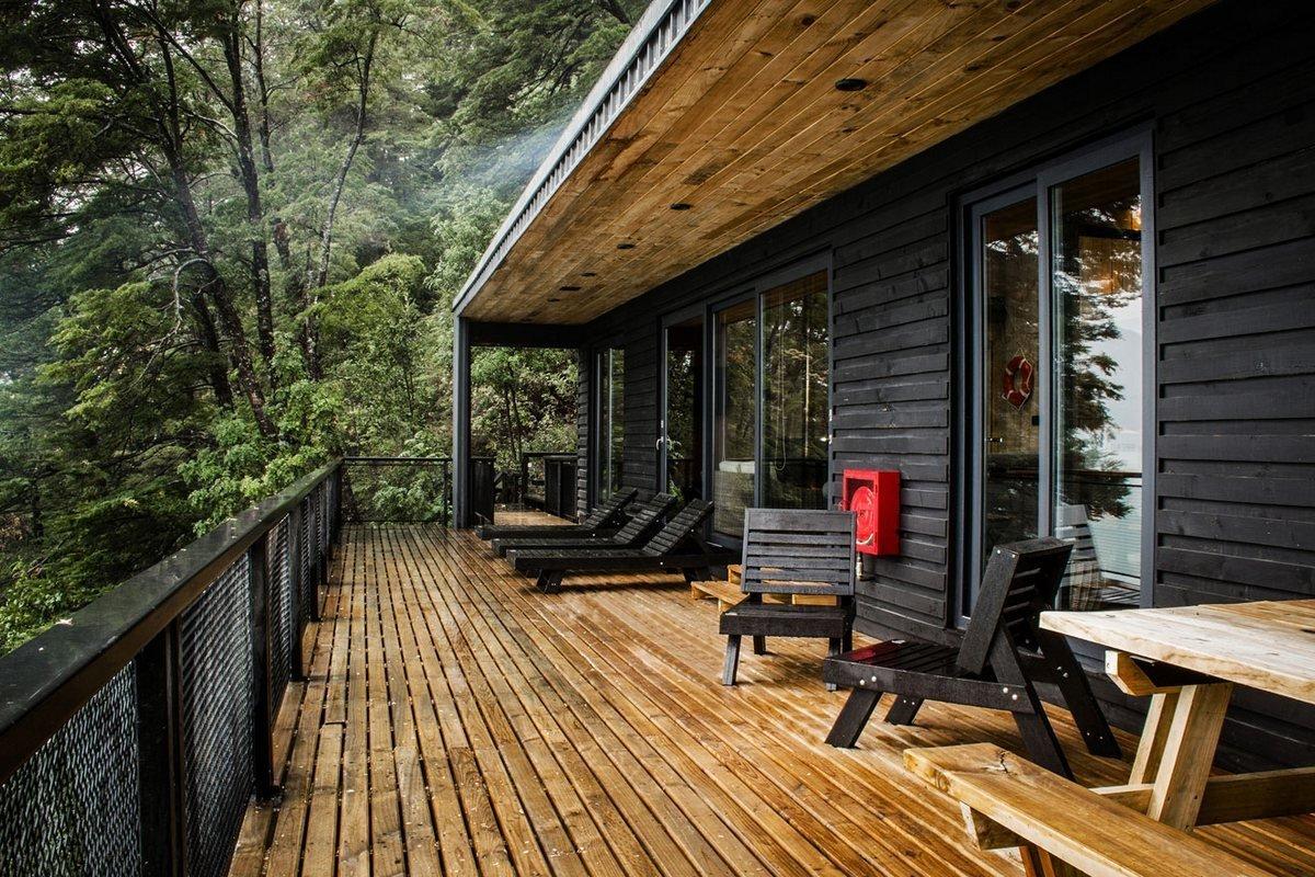 Na terase je také stůl, kde se pohodlně najíte.