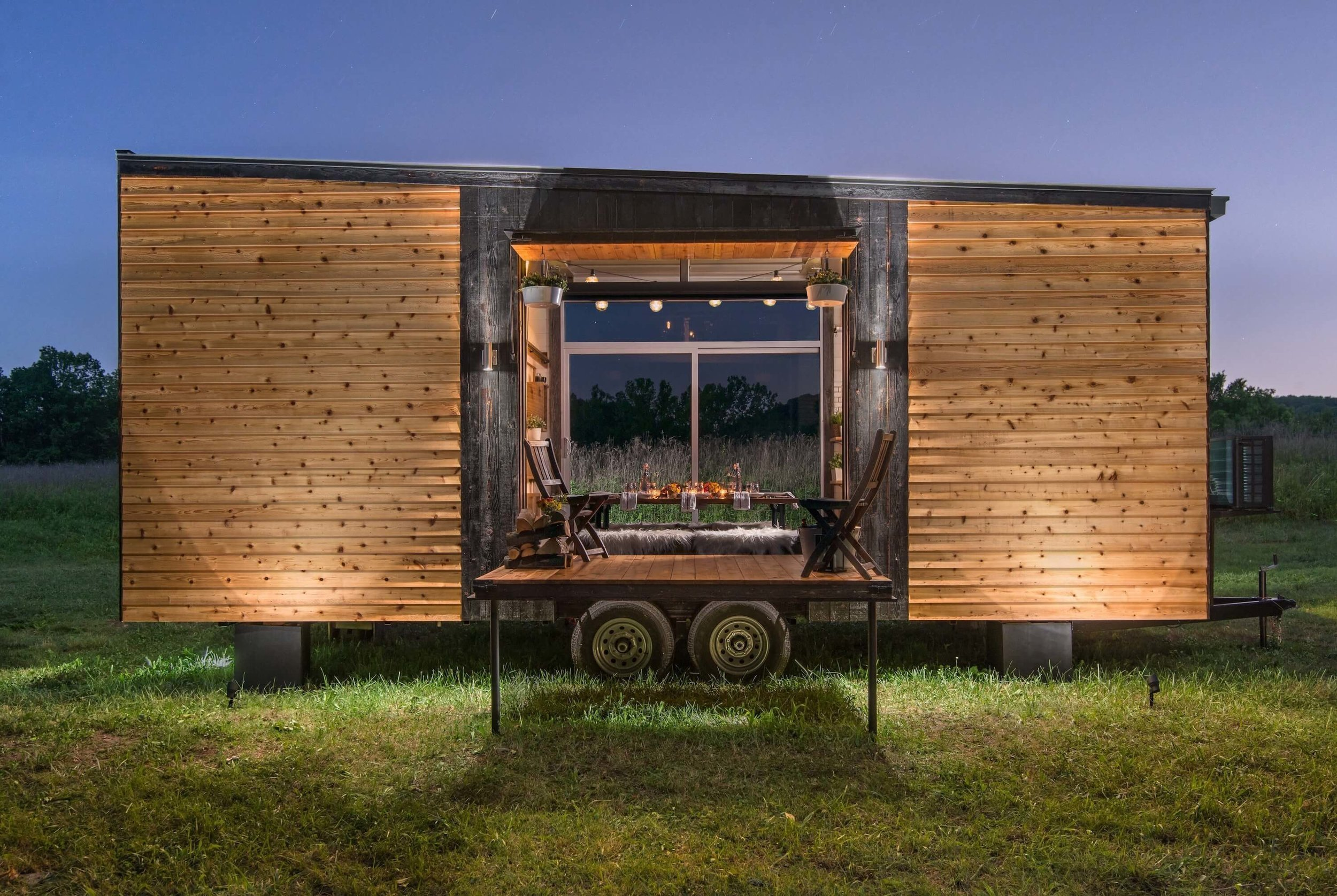Originální a všestranný mobilní domek Alpha Tiny House svou existencí dokazuje, že malý dům zákonitě neznamená nedostatek komfortu a funkčnosti plnohodnotného domu, ba právě naopak. Miniaturní luxusní obydlí z cedrového dřeva je dílem americké společnosti New Frontier Tiny Homes a přijde v přepočtu na 2,3 milionu korun. Konkrétně tento domek našel své místo v Nashvillu.