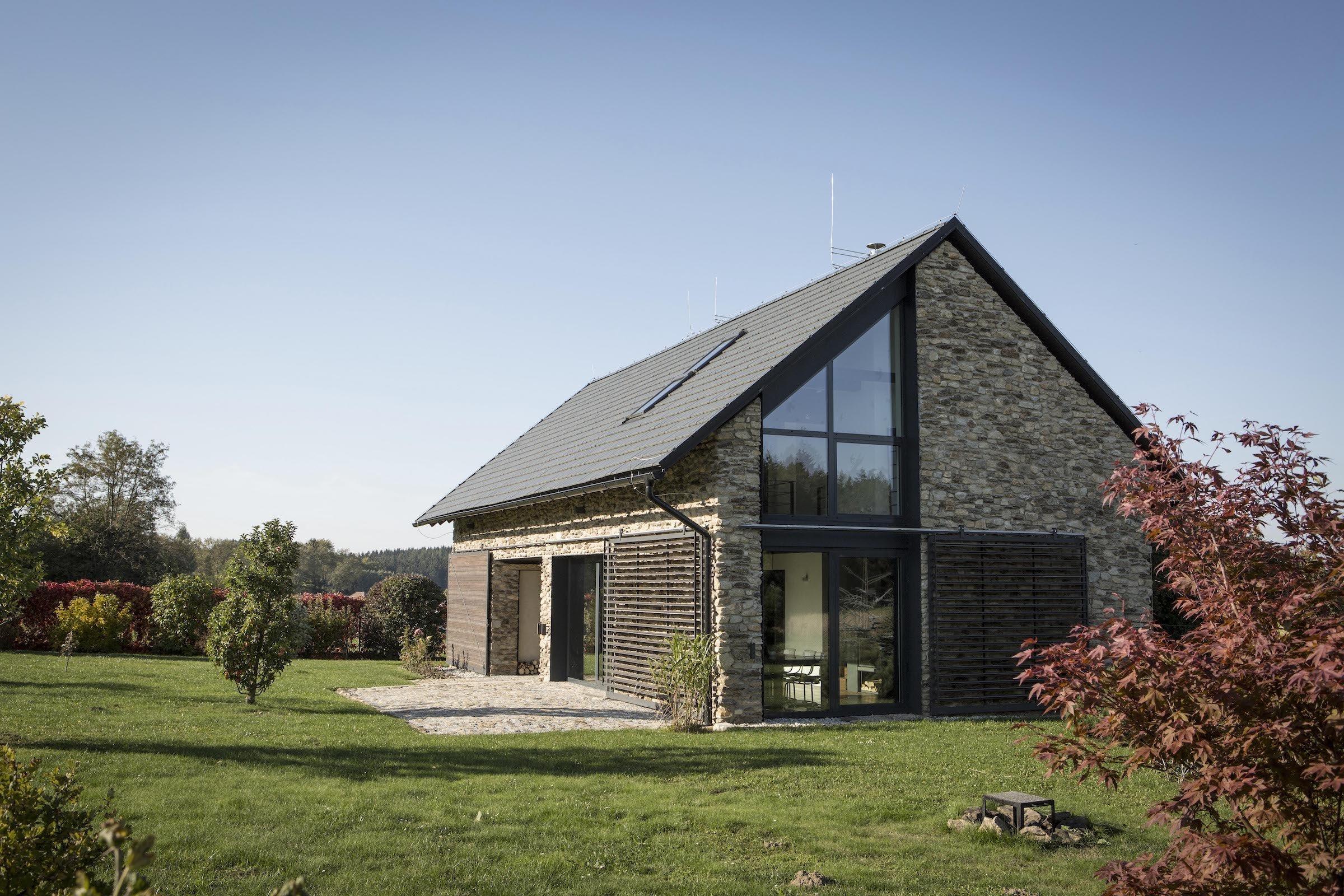 Osvědčené stavební principy a místní materiály použité na novostavbě. Víkendový dům, který dobře zapadá do venkovské krajiny Vysočiny, navrhl architekt Radek Hadrbolec.
