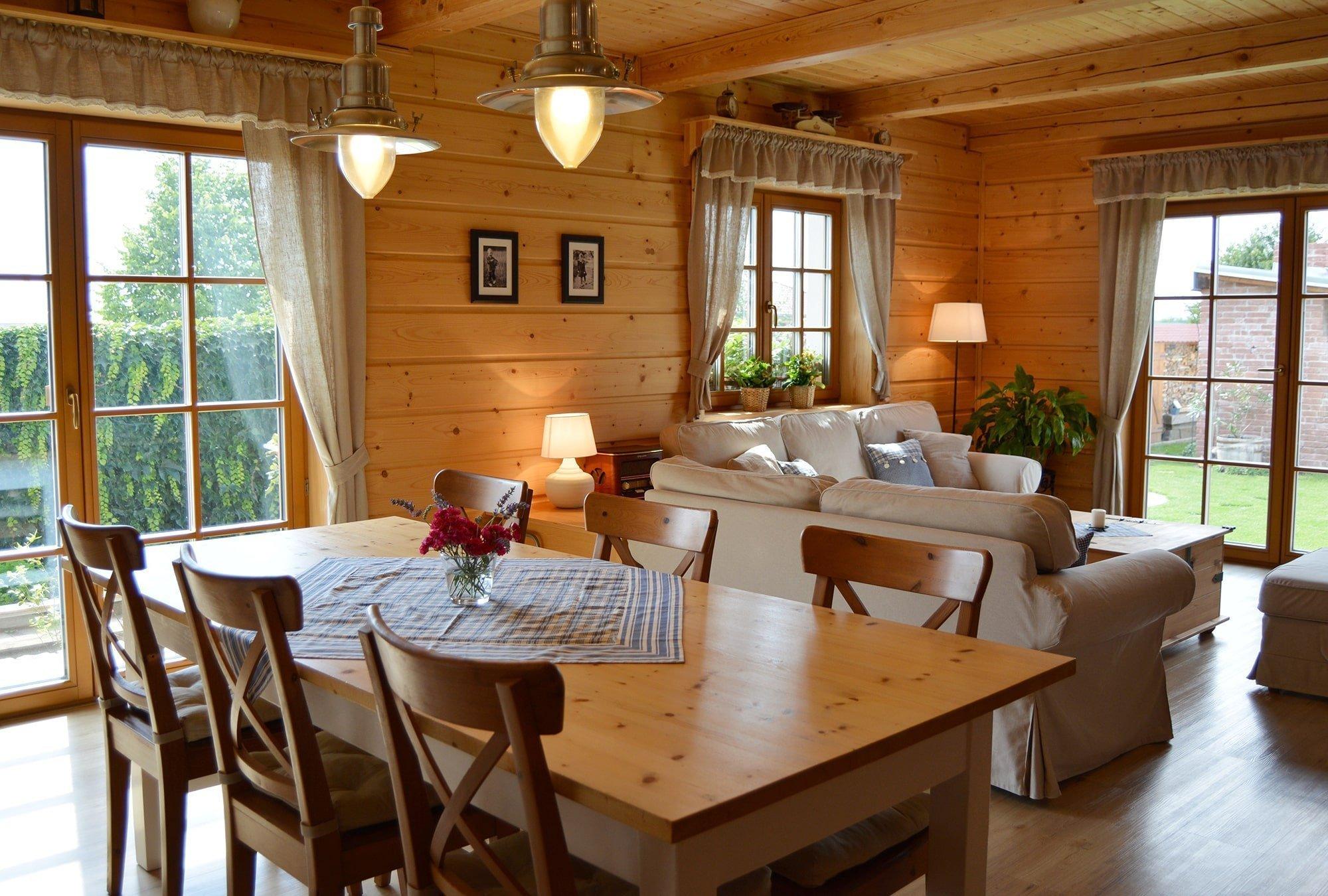 Cesta z městského bytu vedla mladou rodinu do přírody okresu Brno-venkov, kde si zařídili rodinný domek v jejich oblíbeném chalupářském stylu. Útulné bydlení, v němž hraje hlavní roli dřevo, léty nashromážděné kousky ze starožitnictví i některé vybroušené solitéry z rodinné sbírky, je výsledkem jejich dlouholetých snů.