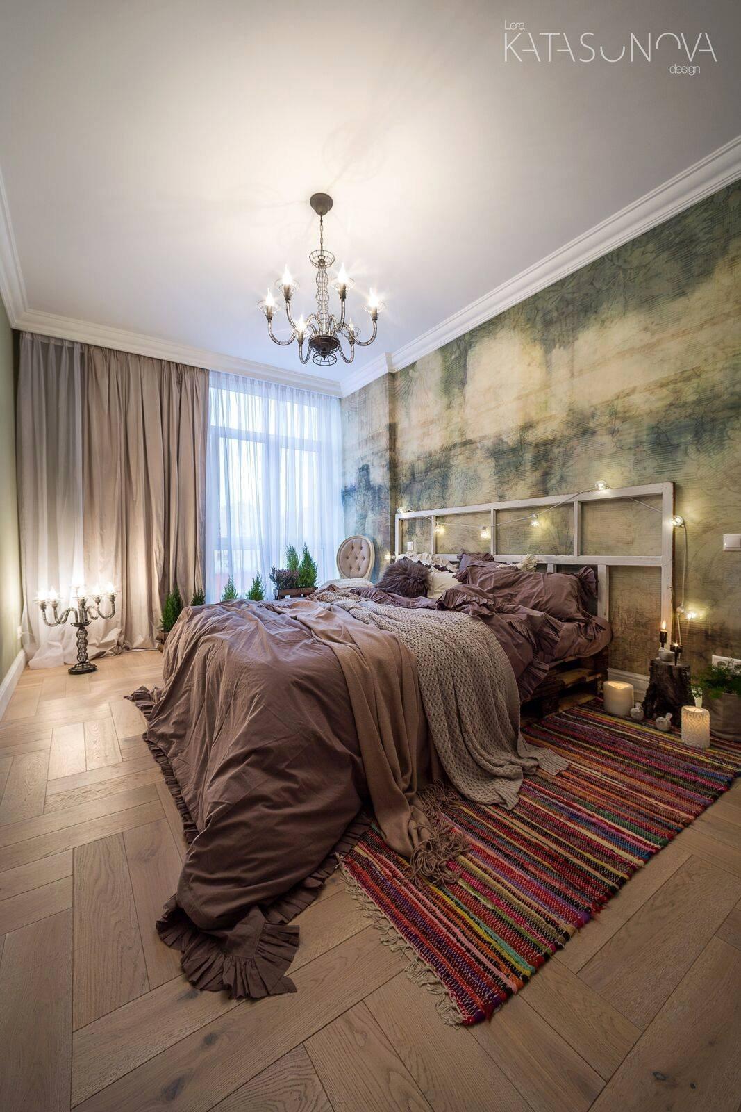 Eklektický styl patří k těm nejosobitějším stylům. Málokdo ho dokáže ve vší úctě k estetice vytvořit a málokdo se v něm cítí jako doma. Zvykli byste si na bydlení v interiéru, který vám teď představím? O notnou dávku luxusu, barev a experimentů vážně nemá nouzi.