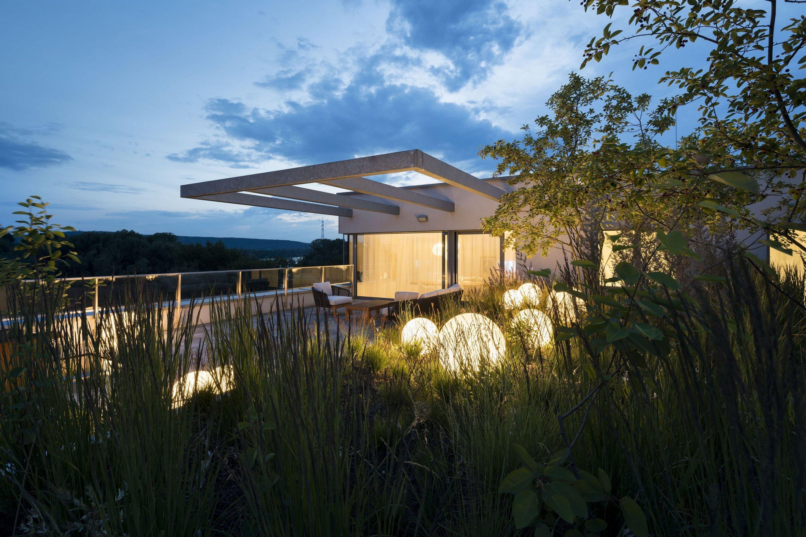"""Bydlení v Karloveská zátoce. Rozsáhlá terasa orientovaná na jihozápad, směrem na dunajské rameno. Výhled na vodní hladinu a přírodní scenérii, s možností procházky ve vlastní """"zahrádce"""". Nejde o rodinný dům, ale o byt v nejvyšším podlaží rezidenčního komplexu, s atraktivní polohou v rámci města."""