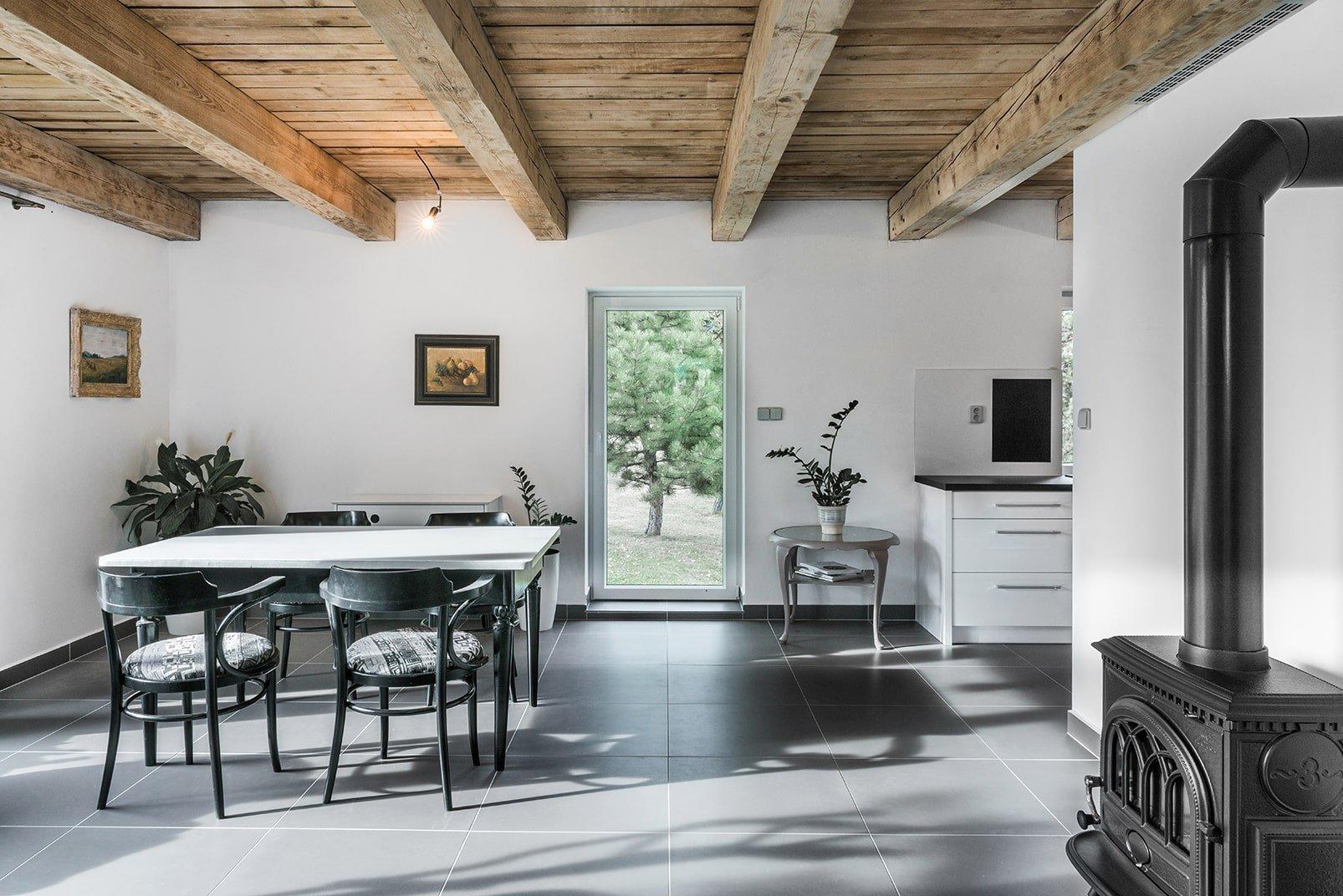 Dnes vám přinášíme realizaci, která je úplným opakem moderních betonových staveb a chladných kombinací materiálů. Architekt Michael Karnet navrhl domek s jasnými tradičními rysy, které zapadnou do prostředí českého Orlova u Příbrami. Nová stavba musela být v souladu s domem, který na stejném pozemku již stojí.