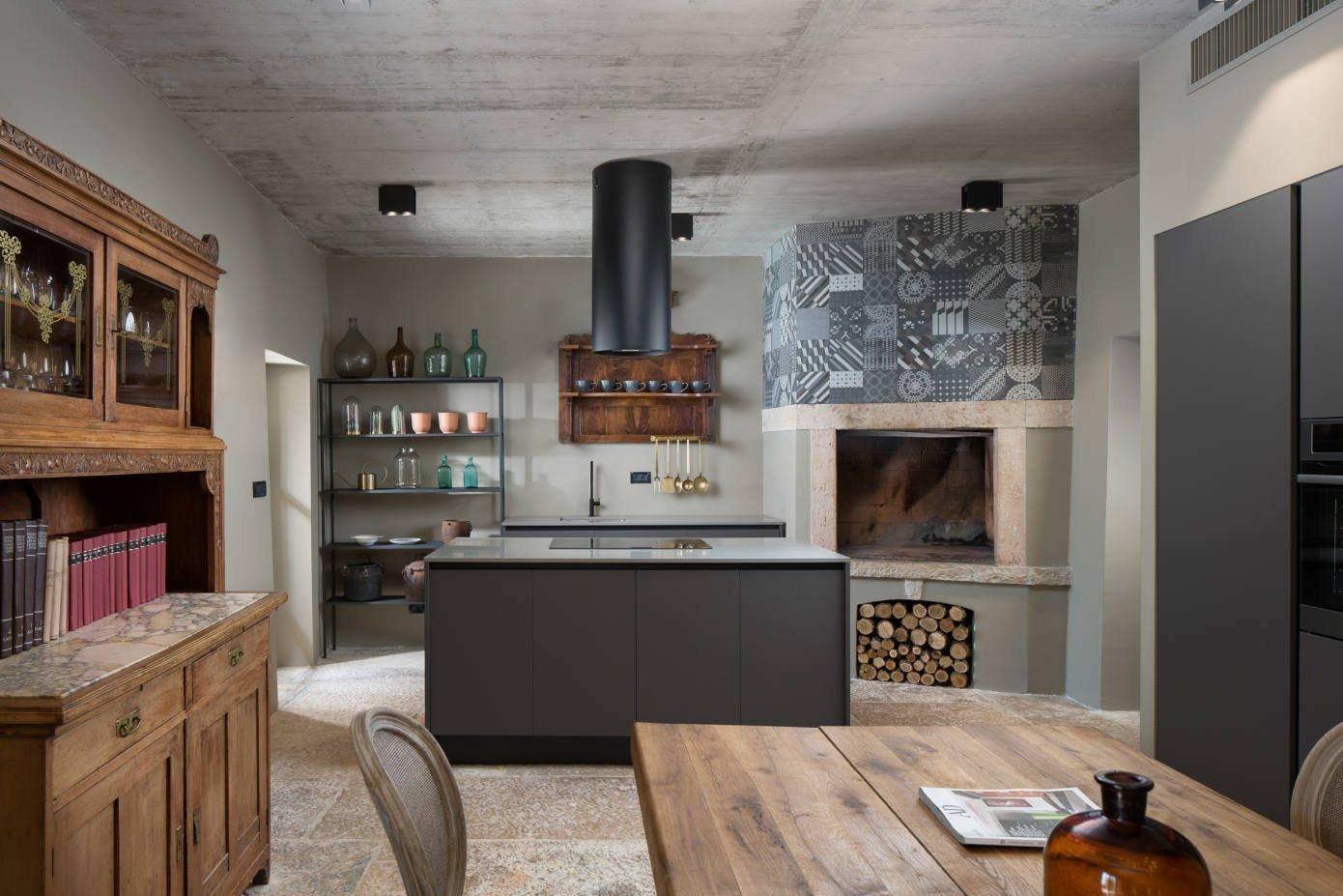 Okouzlující Villa Covri z rukou jednoho z nejpřednějších chorvatských designérů Borise Ruziće se nachází nedaleko nádherného města Novigrad. Vila získala své jméno po istrijské vesnici Covri, kde se nachází, pouhé 4 km od nejbližší pláže. Vila je opravdu ideálním místem na odpočinek a relax s rodinou.