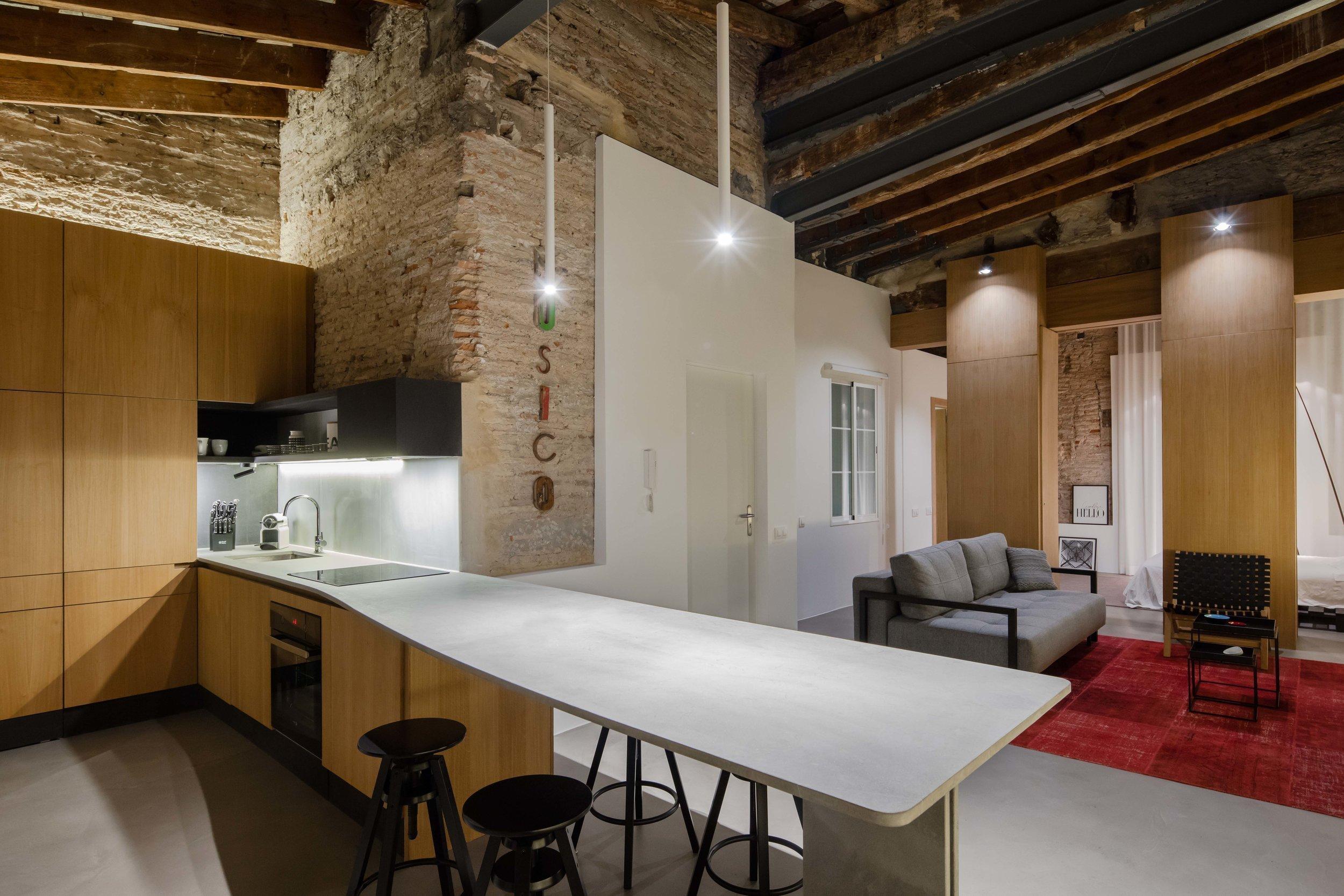 Když se stavba dostane do rukou šikovného architekta, hned vznikne něco dokonalého. Jinak tomu nebylo ani ve španělské Valencii, kde architekt proměnil starou půdu o velikosti 60 metrů čtverečních v krásné bydlení s otevřenými prostory, kde je jediným soukromým prostorem koupelna. Co v bytě starého mládence najdeme, tedy kromě odhalených cihel a krov?