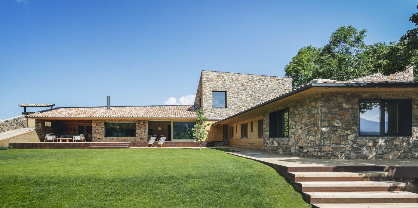 Jednopatrový dům inspirovaný tradiční regionální architekturou a navržený společností Dom Arquitectura se nachází v la Cerdanya ve Španělsku, v oblasti rozkládající se v Pyrenejích na pomezí Francie a Španělska. Jeho přírodní vzhled je výsledkem dokonalé kombinace kamene a dřeva stavby a umístění ve svažitém terénu,