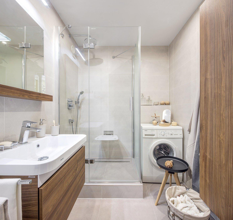 Rozhodli jste se pro velkoformátové obklady? Nezapomeňte ale ani na rozměry místnosti. Pokud má vaše koupelna jen pár čtverečních metrů, sáhněte po větších formátech obkladů v světlých barvách, které ukládejte na šířku. Prostor tak opticky získá na velikosti.