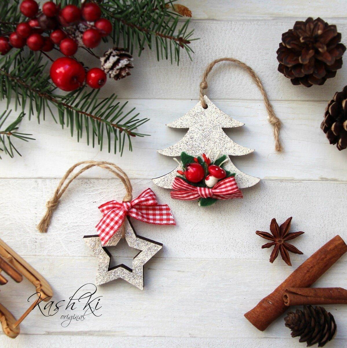 Rok se s rokem sešel a na dveře už pomalu klepou Vánoce. Poznat je to zejména v obchodech, které se už od října plní nepřeberným množstvím vánočních dekorací. Ty se blyští a září, navíc jsou tu opravdu pro všechny. Proč ale splývat s davem, když si předvánoční domov můžeme vyzdobit originálními, ručně vyráběnými ozdobami?