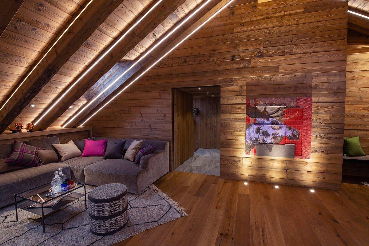 Interiér plný dřeva, tepla a pastelových akcentů barev - to je podkrovní bydlení, do kterého se dnes podíváme. Nachází se v italském Bormiu a o fantazii v něm není nouze. A už vůbec ne o dřevo…