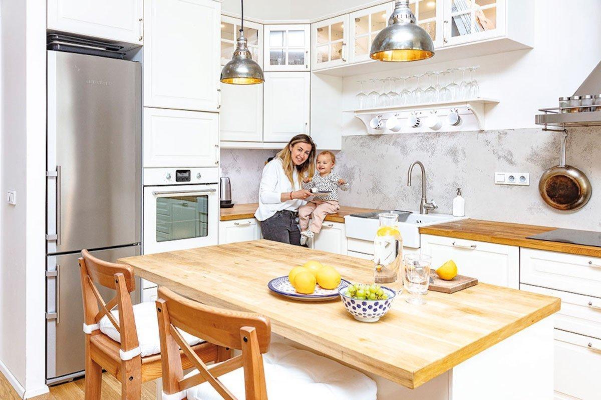Díky vytříbenému ženskému vkusu a citu pro detail vznikl v Holešovicích opravdu kouzelný byt. Je plný barev, materiálů a stylů. Především je v něm však patrný dotek venkova a exotiky.