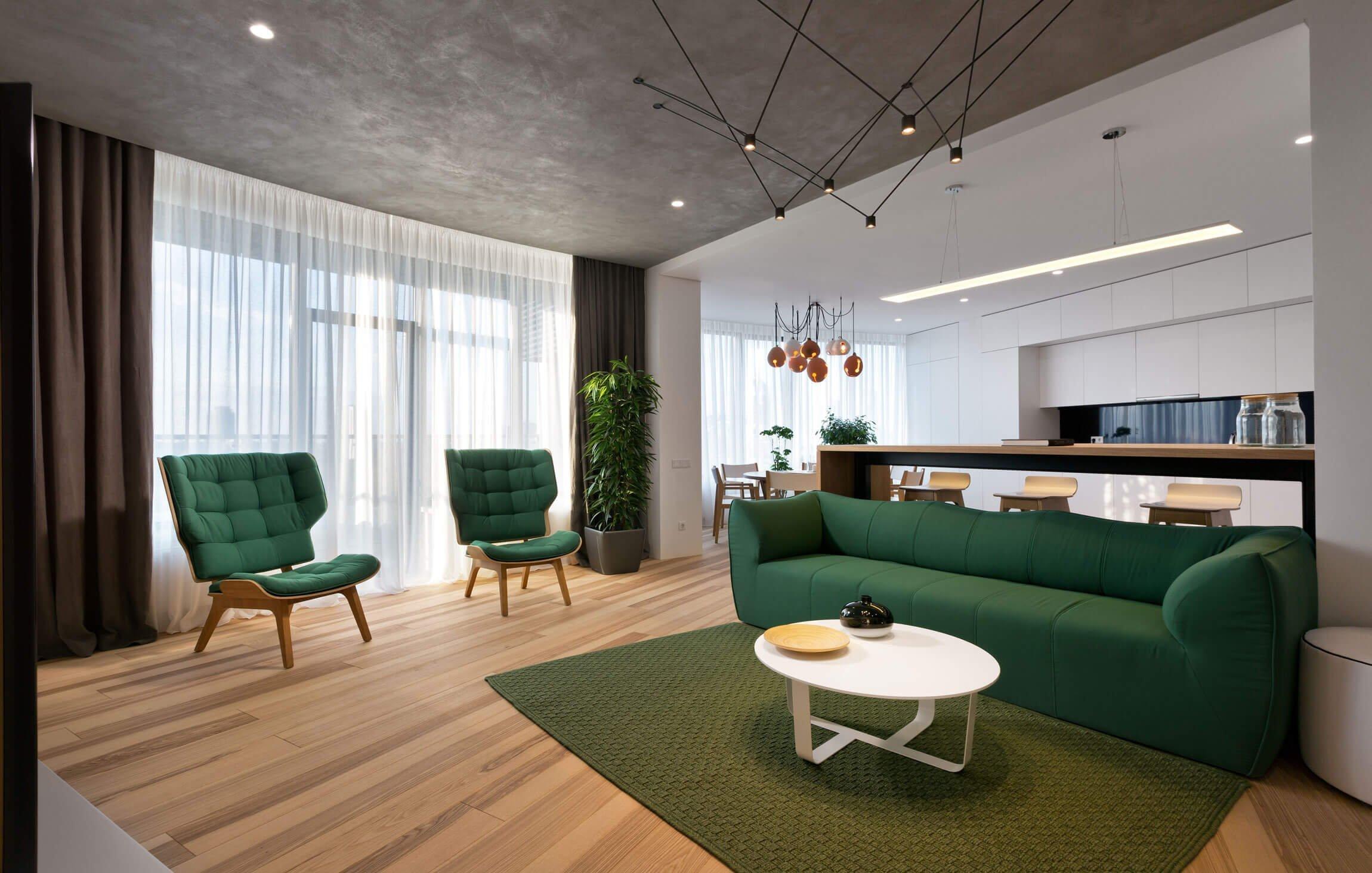 Byt oslavující retro a zelenou barvu vznikl v Kyjevě. V kombinaci s hojně využitým dřevem, velkými okny a zajímavě řešeným umělým osvětlením působí velice příjemným a vzdušným dojmem. Navíc je tím pravým ořechovým pro všechny milovníky minimalismu.