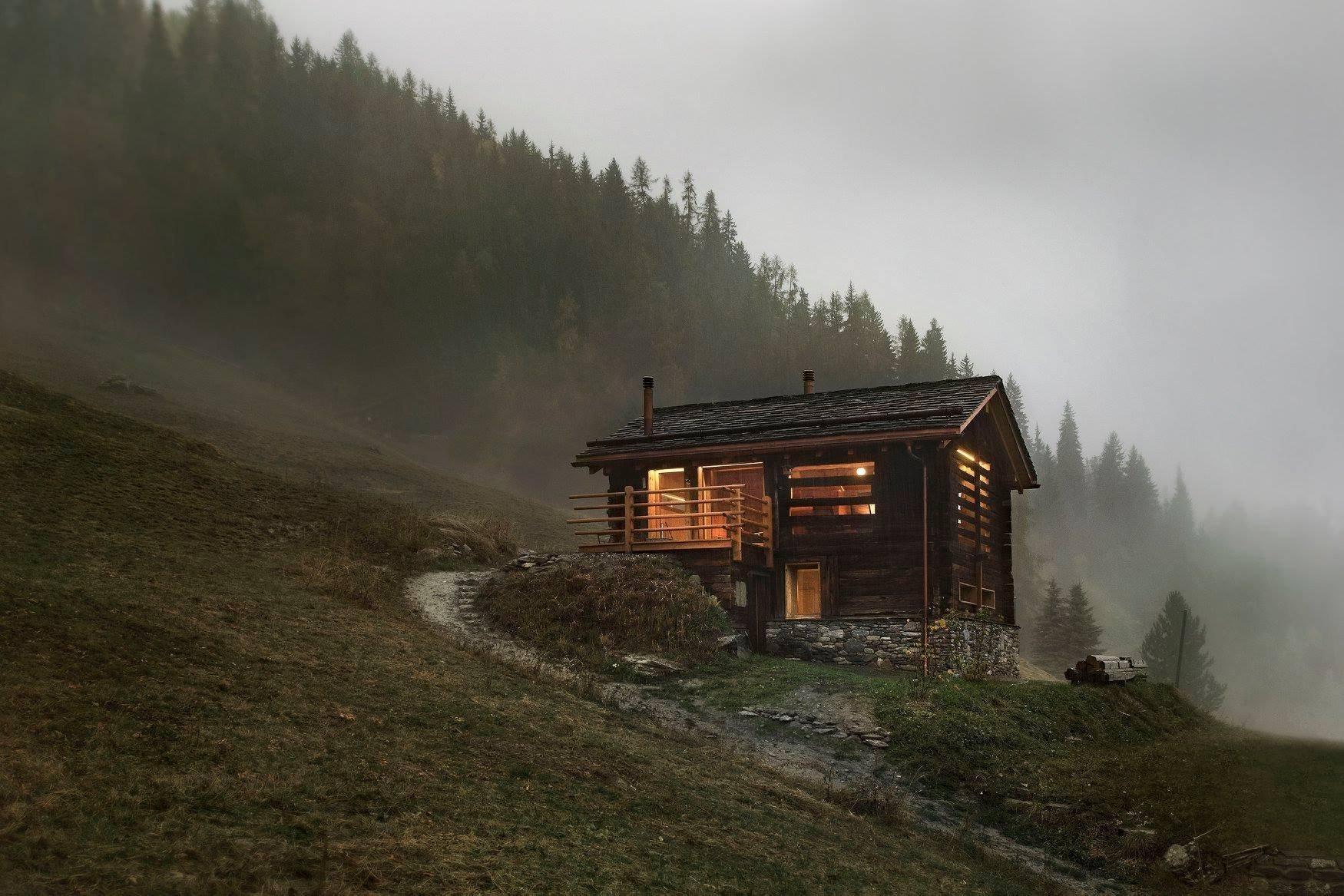 Proměna horské chaty byla pro architekty ze studia Alp'Architecture Sàrl příjemnou výzvou. Po jejich vkusném zásahu tu vzniklo moderní bydlení oslavující přirozenou krásu dřeva. Jak se asi odpočívá v téhle chatě obklopené švýcarským Val de Bagnes?