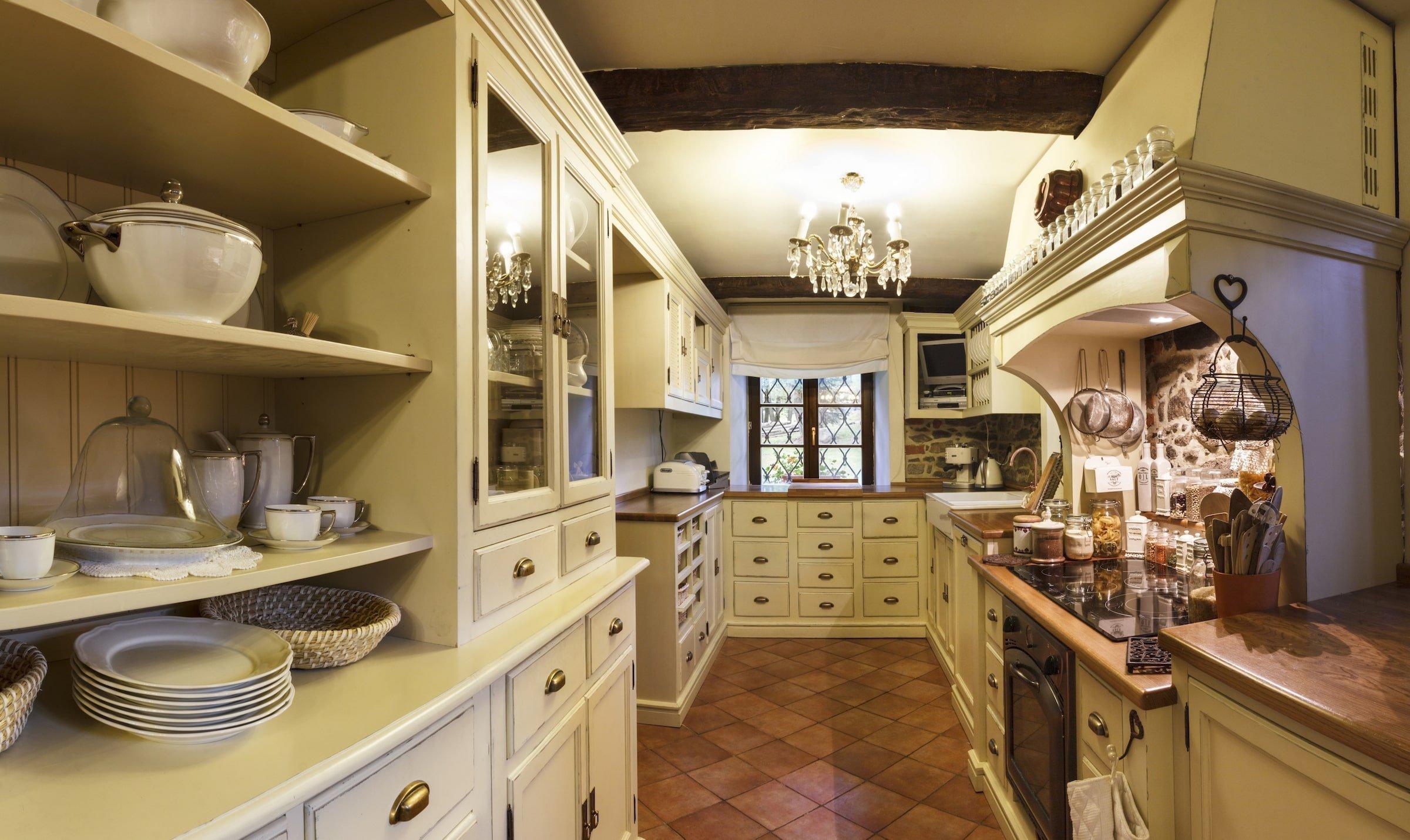 Také v jižních Čechách může vzniknout kuchyně s vůní levandulových polí, vinic a moře. Přesvědčí vás o tom šestičlenná rodina, která se po cestování krajem galského kohouta vrhla do rekonstrukce stavení starého víc jak tři sta let. Proměnu kuchyně přitom příjemně okořenila špetka Provence.