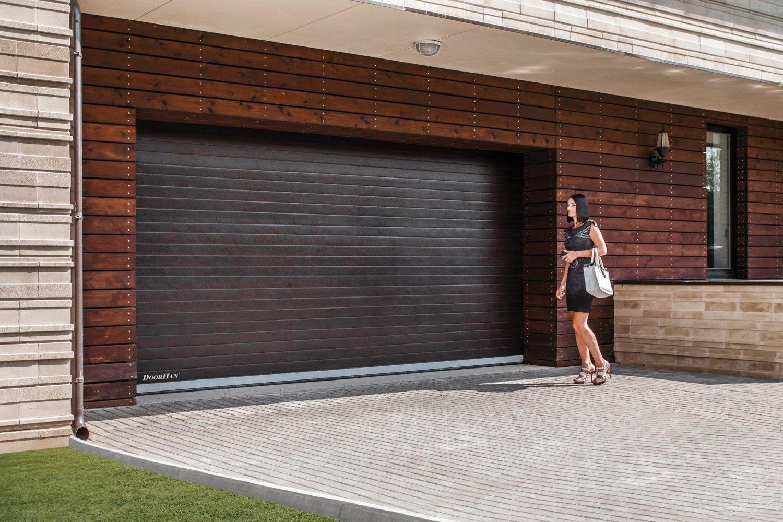 Součástí většiny rodinných domů je také garáž, kam se uschovává před mrazem a nepřízní počasí automobil. Pokud vám však garážová vrata už nevyhovují svými izolačními vlastnostmi ani po bezpečnostní stránce, je nejvyšší čas na jejich výměnu. V následujících řádcích vám prozradíme, na co se při výběru zaměřit, abyste neprohloupili.