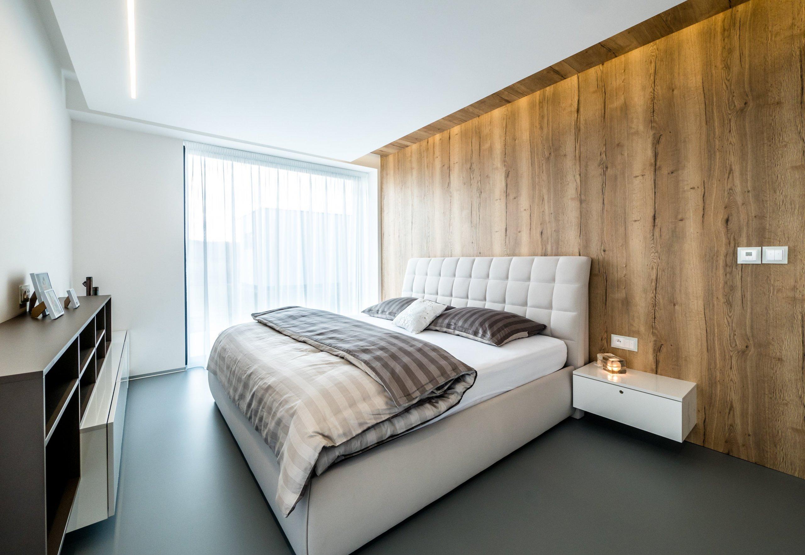 Ložnice je laděna do přírodních barev...