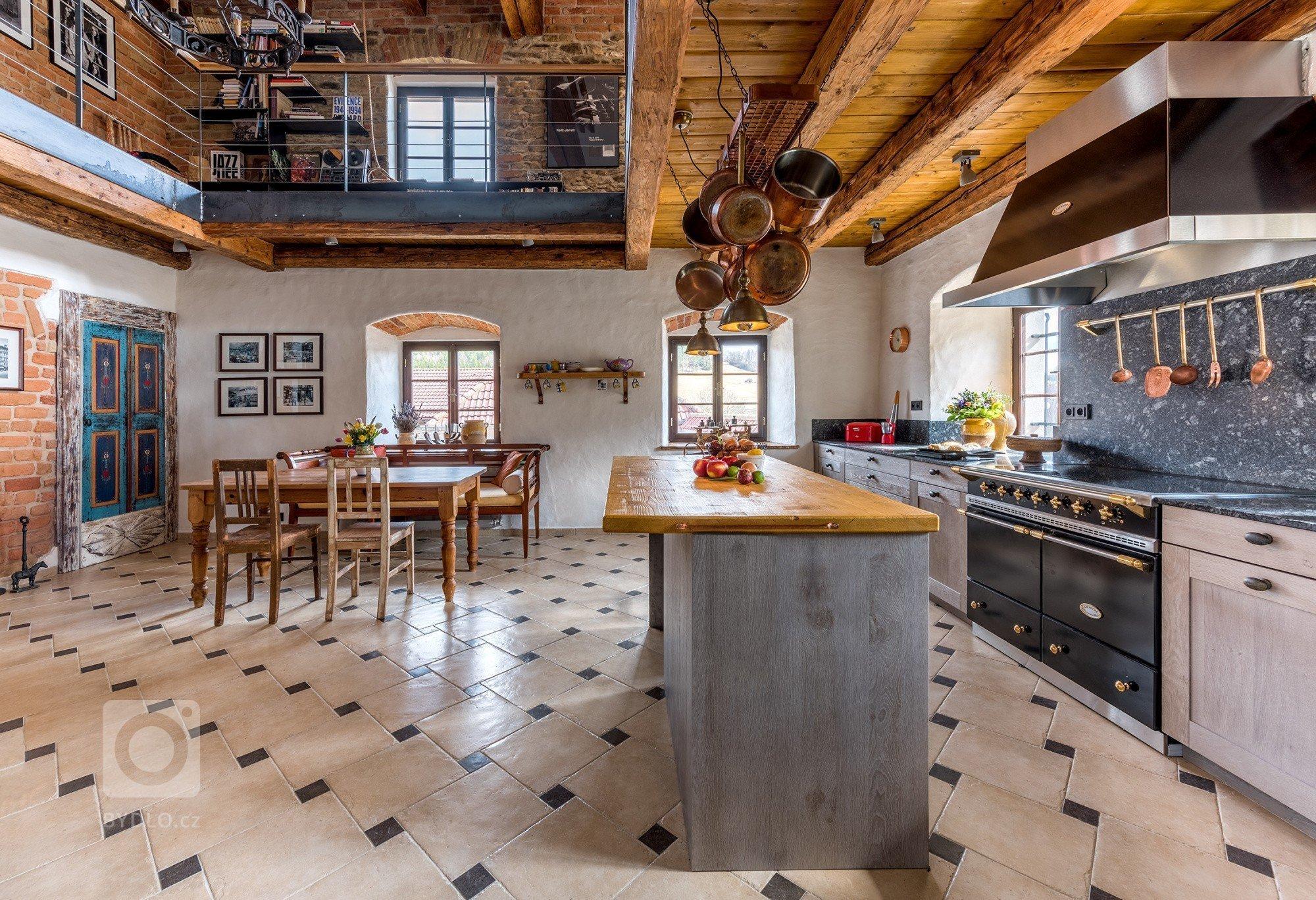 Zadání bylo prosté - navrhnout prostornou a pohodlnou kuchyň, která bude sloužit nejen k vaření, ale i k setkávání s přáteli. Jediným větším požadavkem bylo…