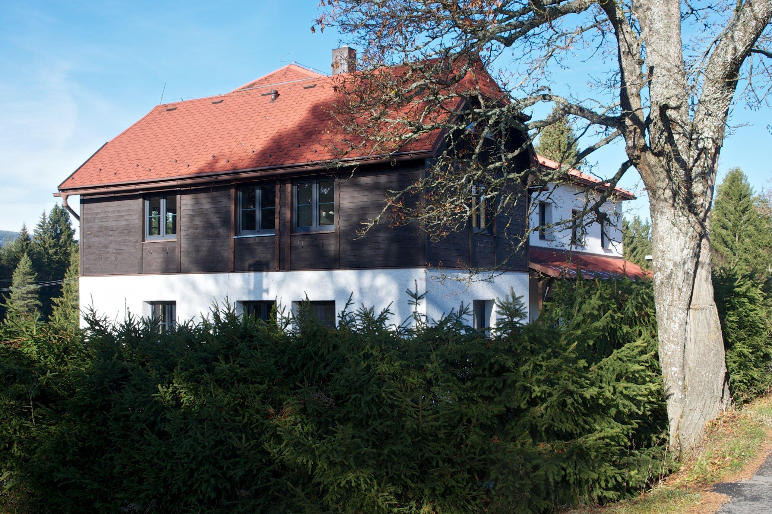 Naši klienti si nechali zrekonstruovat starý penzion v panenské části Šumavy. Jeden z bytů si pro sebe přizpůsobili k víkendovým výletům s celou rodinou...…