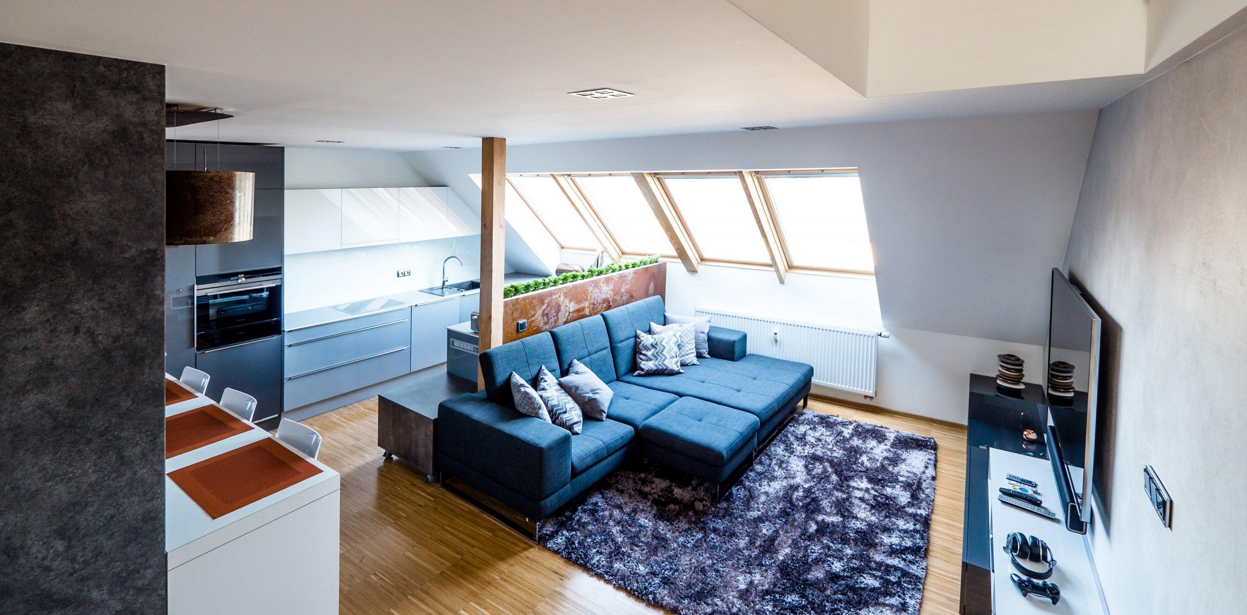 V bytě zůstaly původní podlahy, dveře a okna ve výrazném odstínu dubového dřeva, které by bylo velice nákladné měnit...