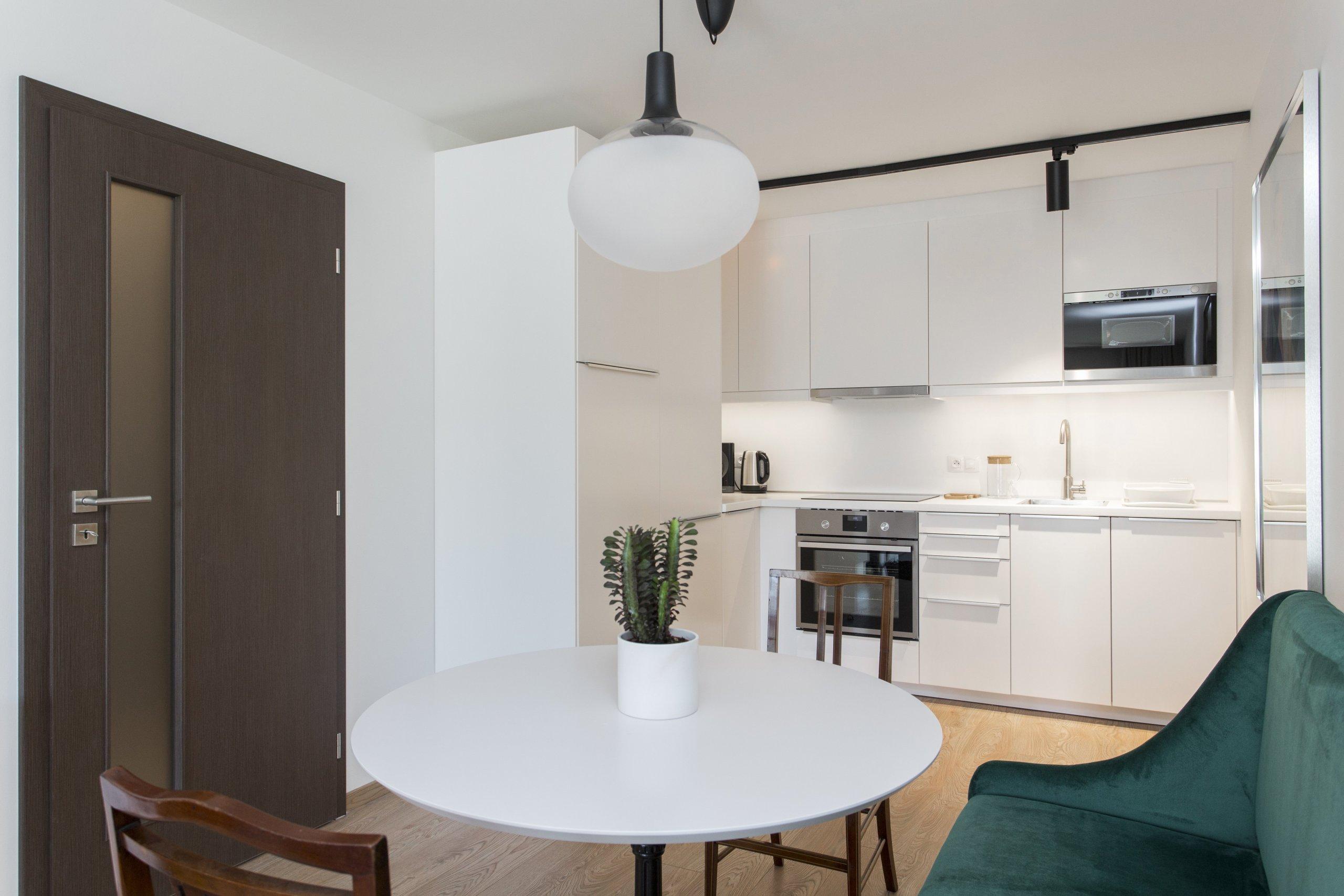 Návrh bytu 2+kk v pražské novostavbě byl ovlivněn jedinečným českým stylem - kubismem. Stěny bytu jsou zdobeny reprodukcemi kubistických umělců a ze stejného…