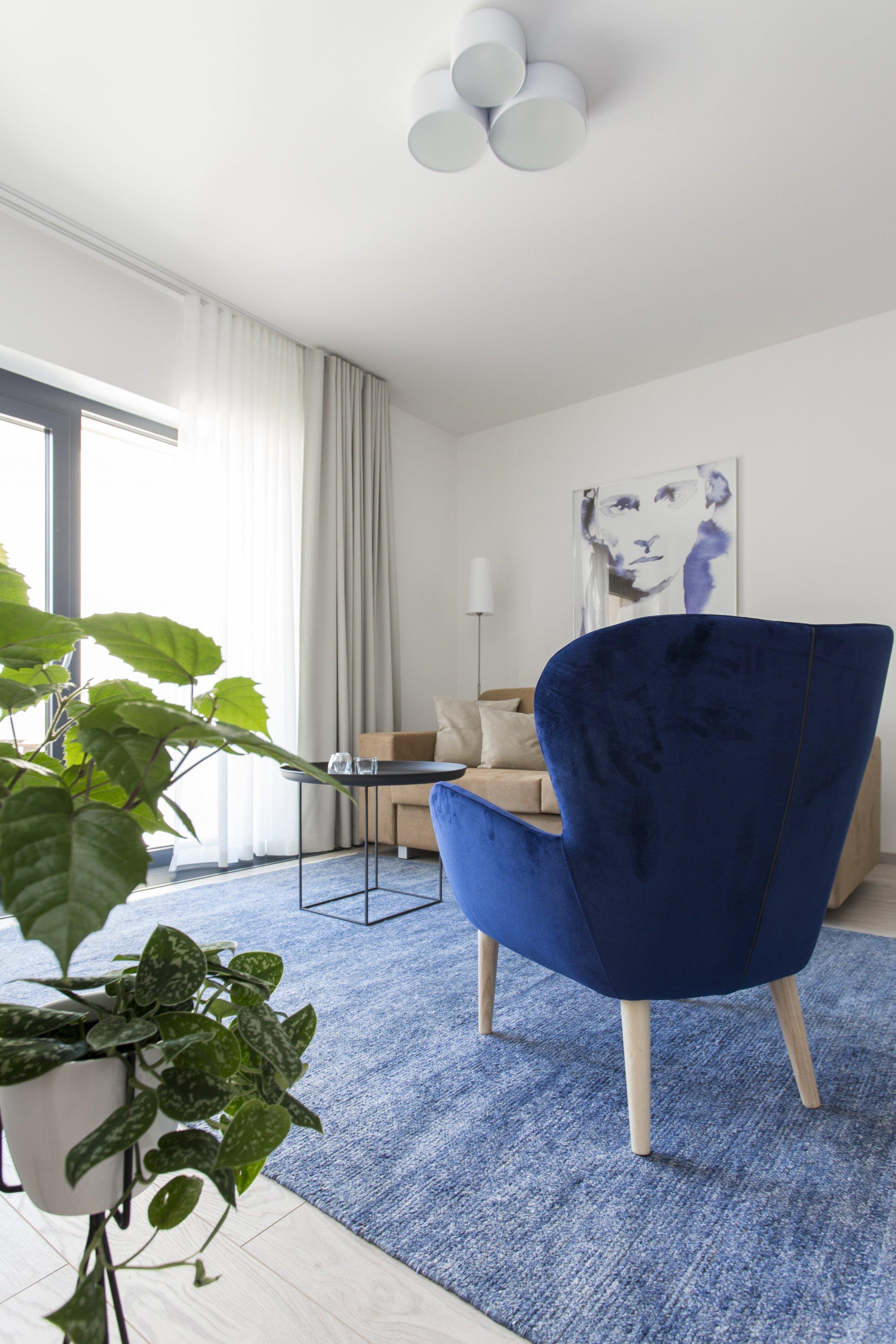 Cibulák se stal hlavním dekoračním prvkem bytu 2+kk v Karlíně, dnes jedné z nejpopulárnějších čtvrtí Prahy. Tento známý vzor porcelánu příjemně doplňuje…