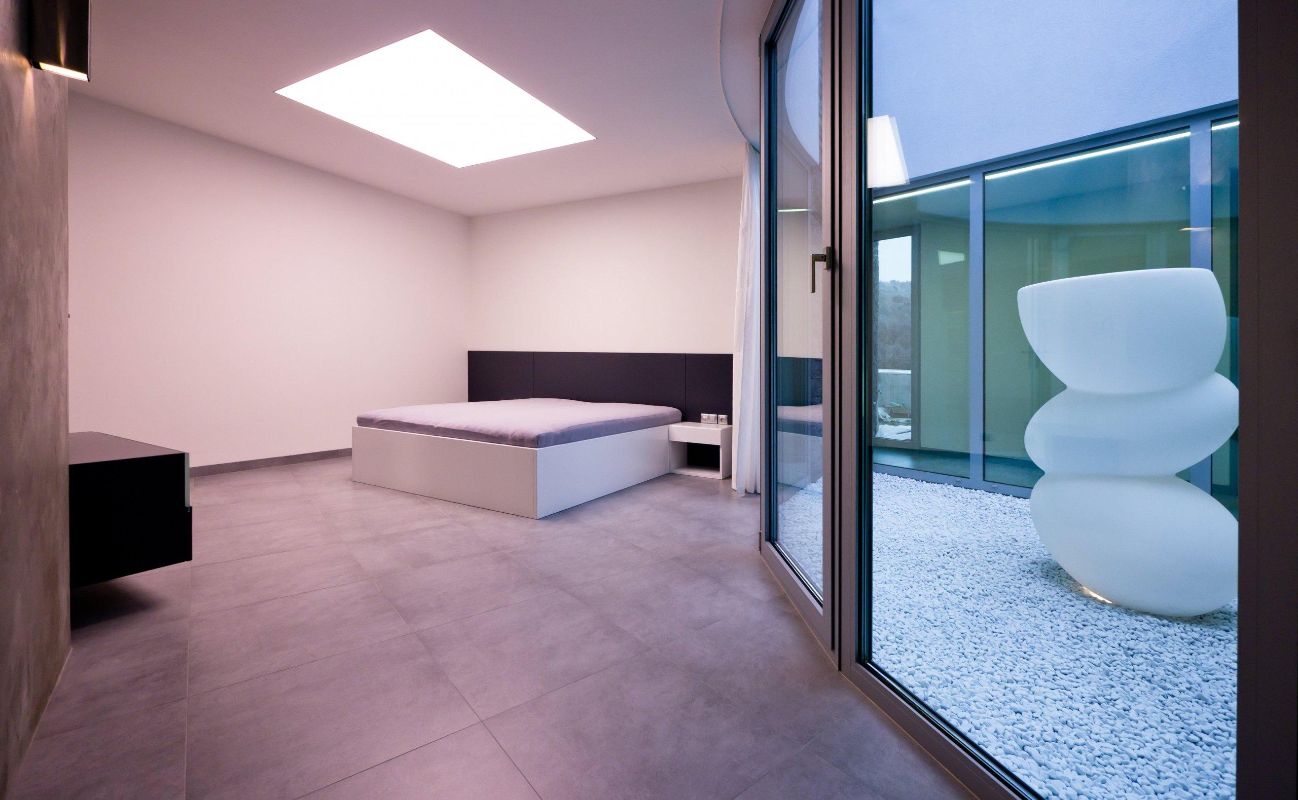 Bílá, černá, sklo, beton... co může být víc? Realizace interieru z roku 2011, která je naprosto nadčasová...