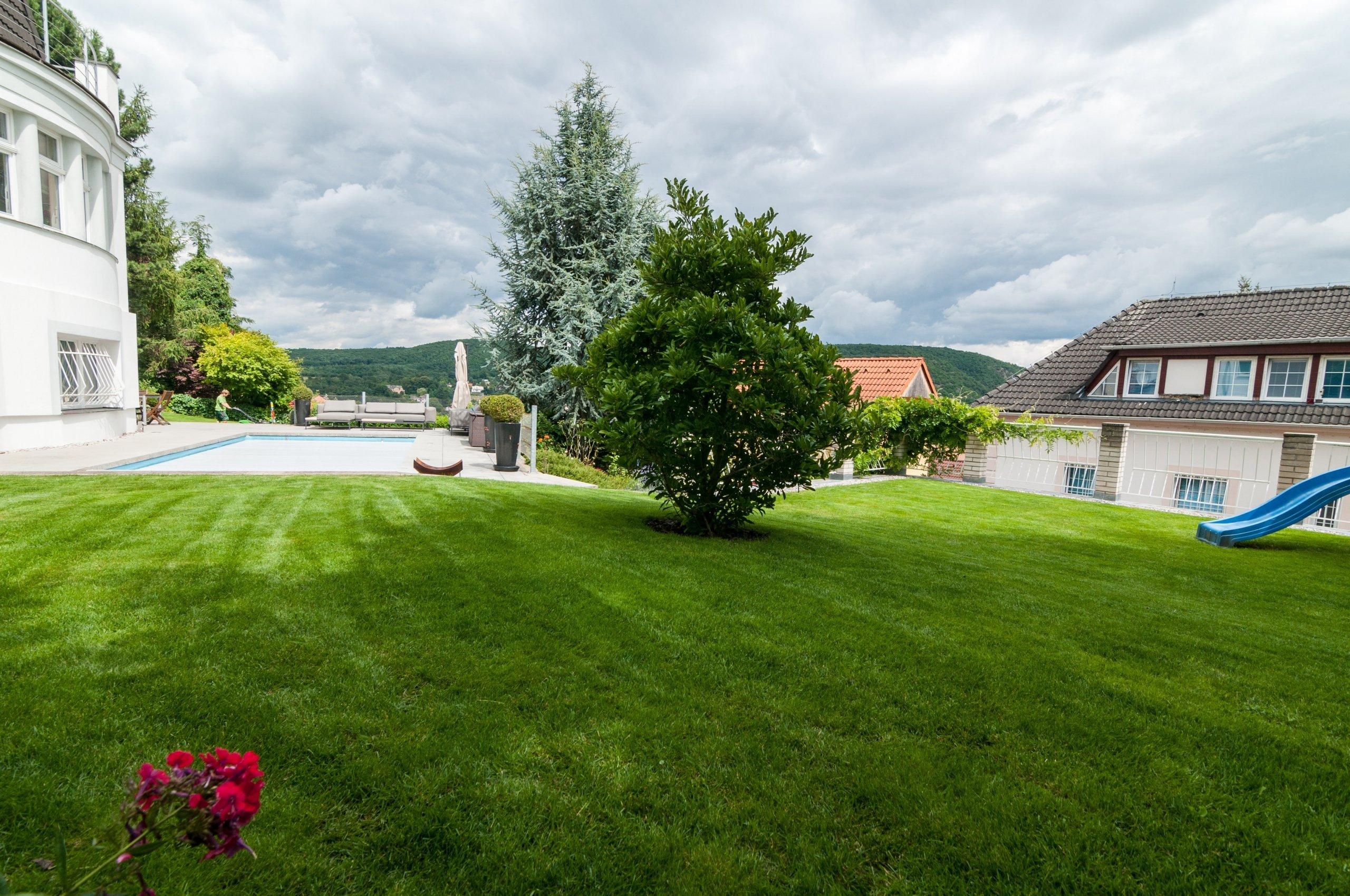 Residenční zahrada s bazénem u vily ve Zbraslavi   …