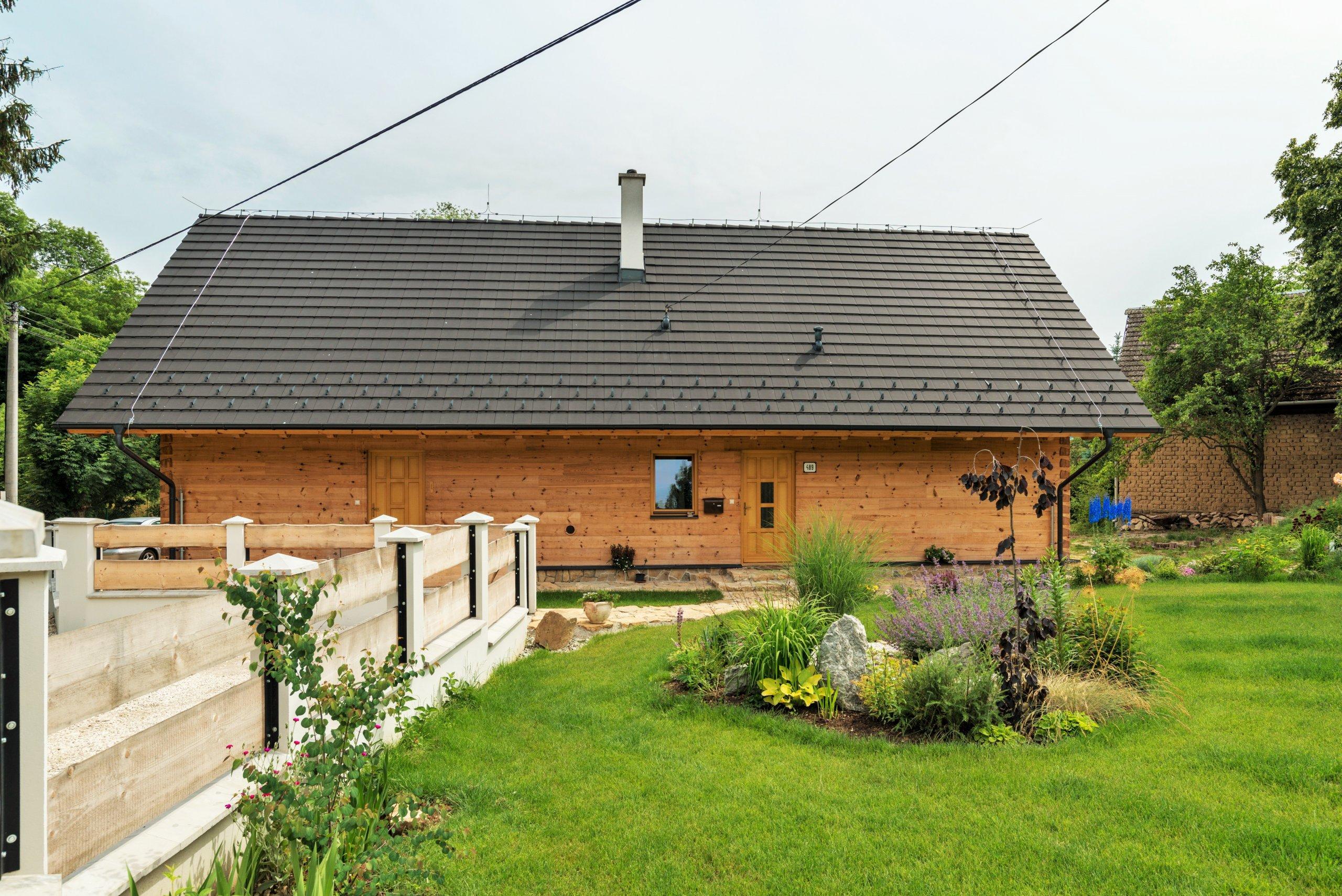 Krásná moderní roubenka z borovice do tvaru U postavená na Slovensku. Tato roubenka slouží jako rozvojové centrum Demján s.r.o.pro legendárního…