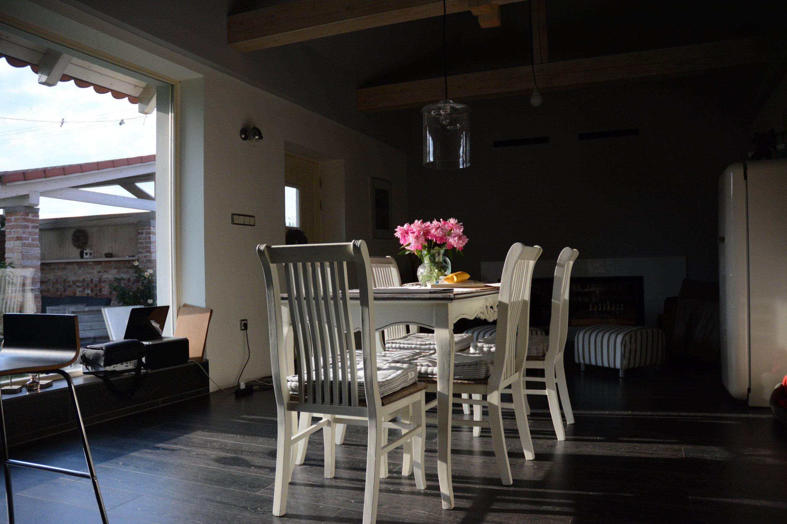 Jídelný stůl je postavený tak, aby bylo co nejlépe vidět ven. Lidé se pak stávají prakticky součástí okolní přírody.