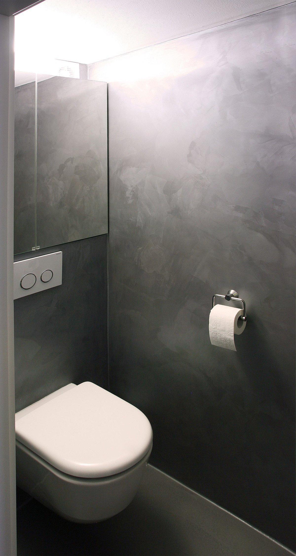 Jednotlivé místnosti tohoto panelákového bytu jsou nově organizovány okolo šedé krychle, která skrývá toaletu koupelnu a úložné prostory.