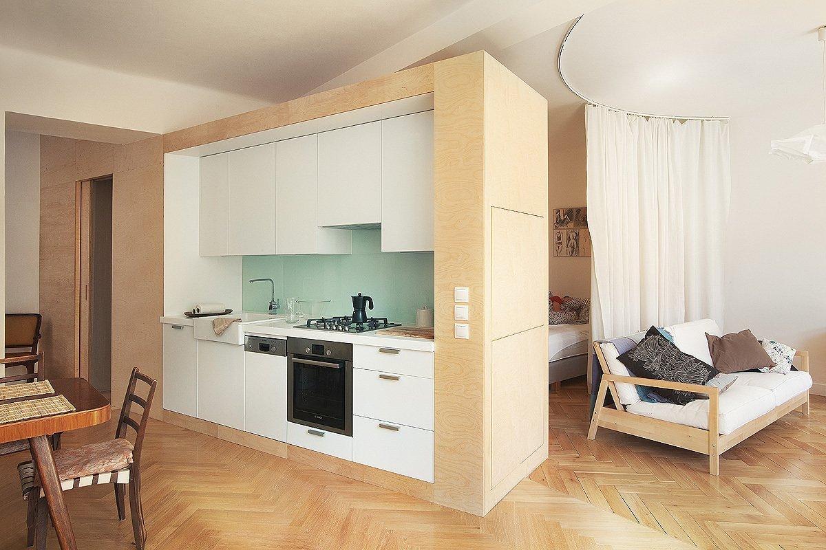 Typický dvoupokojový byt na Letné byl proměnen v jeden velký obytný prostor, kde jsou jednotlivé zóny (vaření, spaní, relax) vzájemně oddělené pouze kruhovým…