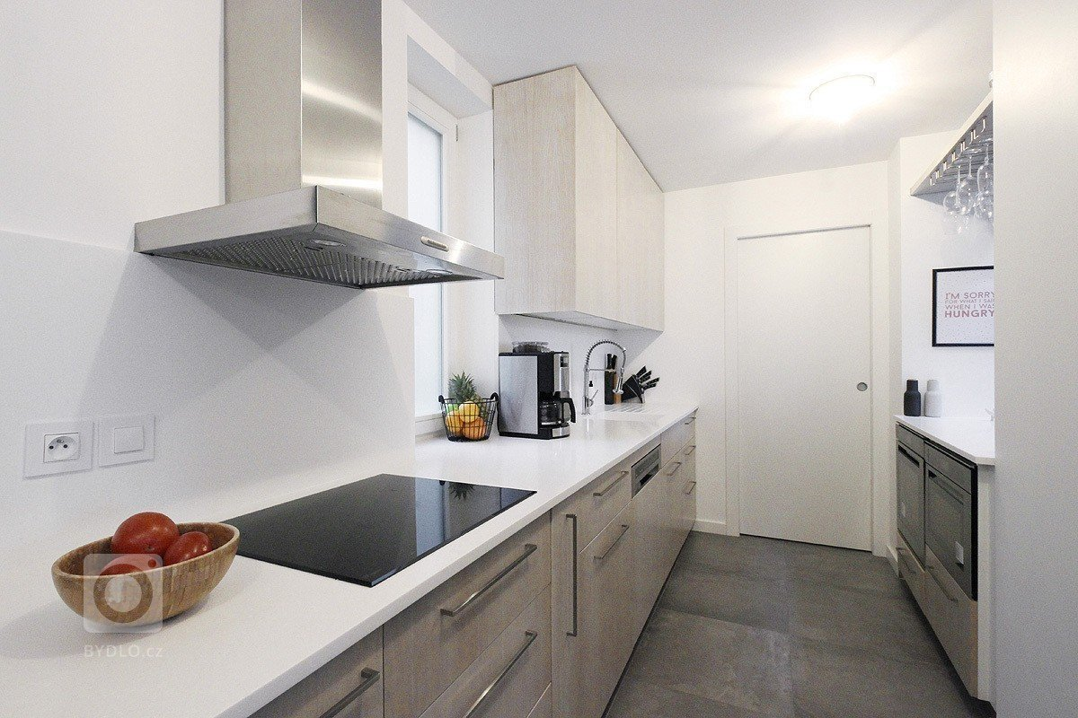 Návrh si klade za cíl vyčistit a zjednodušit podkrovní prostor a vytvořit tak prosvětlený a velkorysý loftový byt.Jedna z krabic horního podlaží byla…