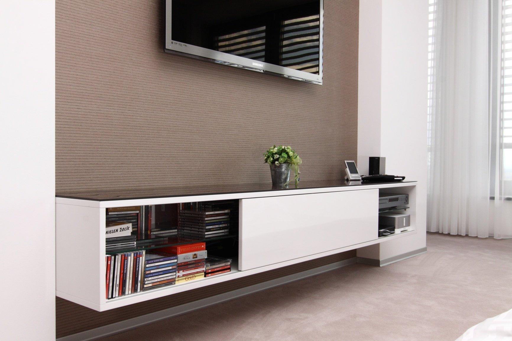 Realizace interiéru plná vzdušnosti a pocitu svobody přinesla použití netradičních materiálů a designového nábytku.Dispozice: 5kk Užitná plocha: 480 m2…
