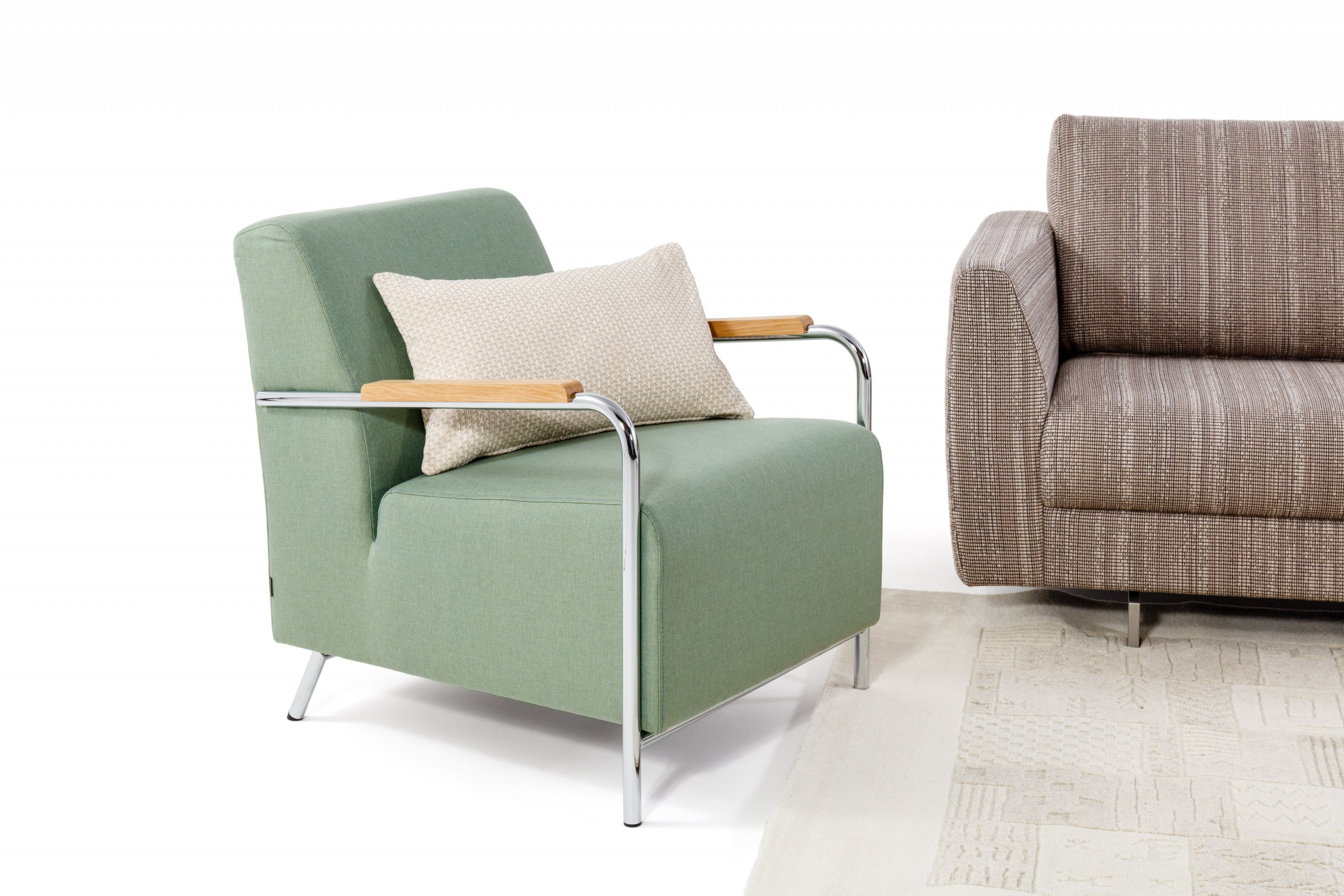 Elegantní v každém interiéru, netradičním zpracováním tvaru područek. Svým oblým skosením poskytují velmi pohodlné sezení a posilují tak skvělé ergonomické…