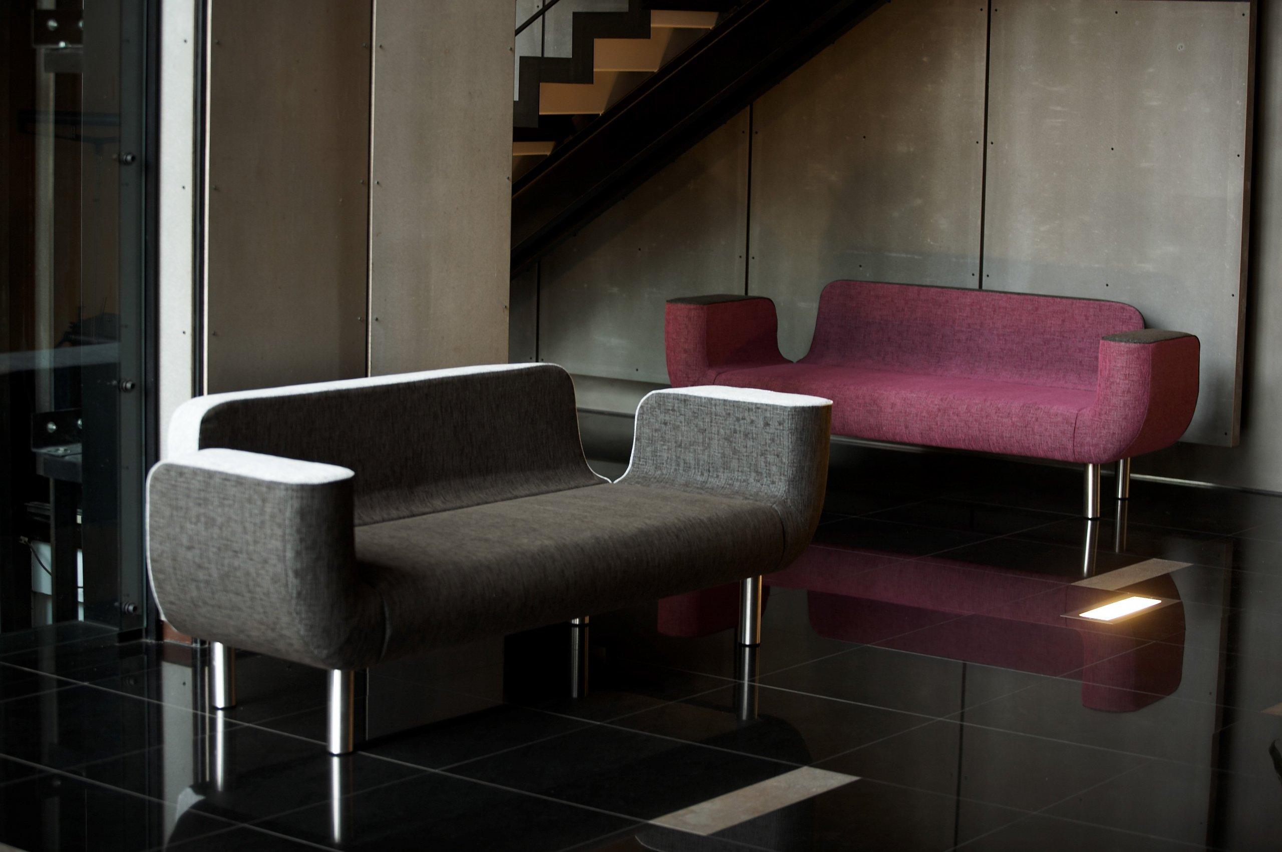 První sofa navržené tak, aby bylo krásné ze všech stran.  Osobitý tvar, nízký hluboký sed a harmonie detailů této pohovky jsou návrhem uznávaného českého…