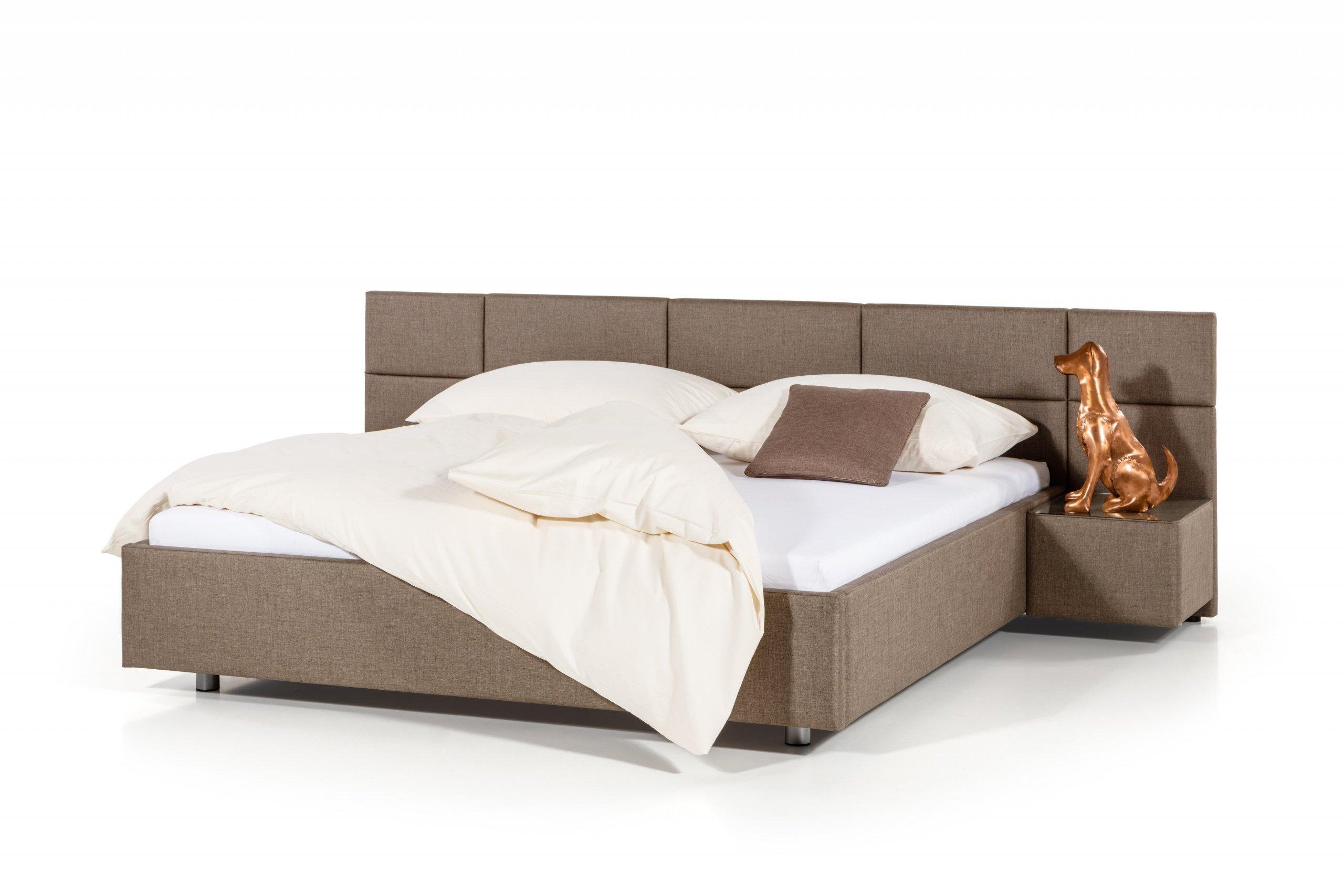 Čalouněná postel s čelem poskládaným ze symetrických obdélníků. Lze přidat noční stolky.  - stabilní pevná konstrukce - pohodlná výška pro vstávání 45 cm -…