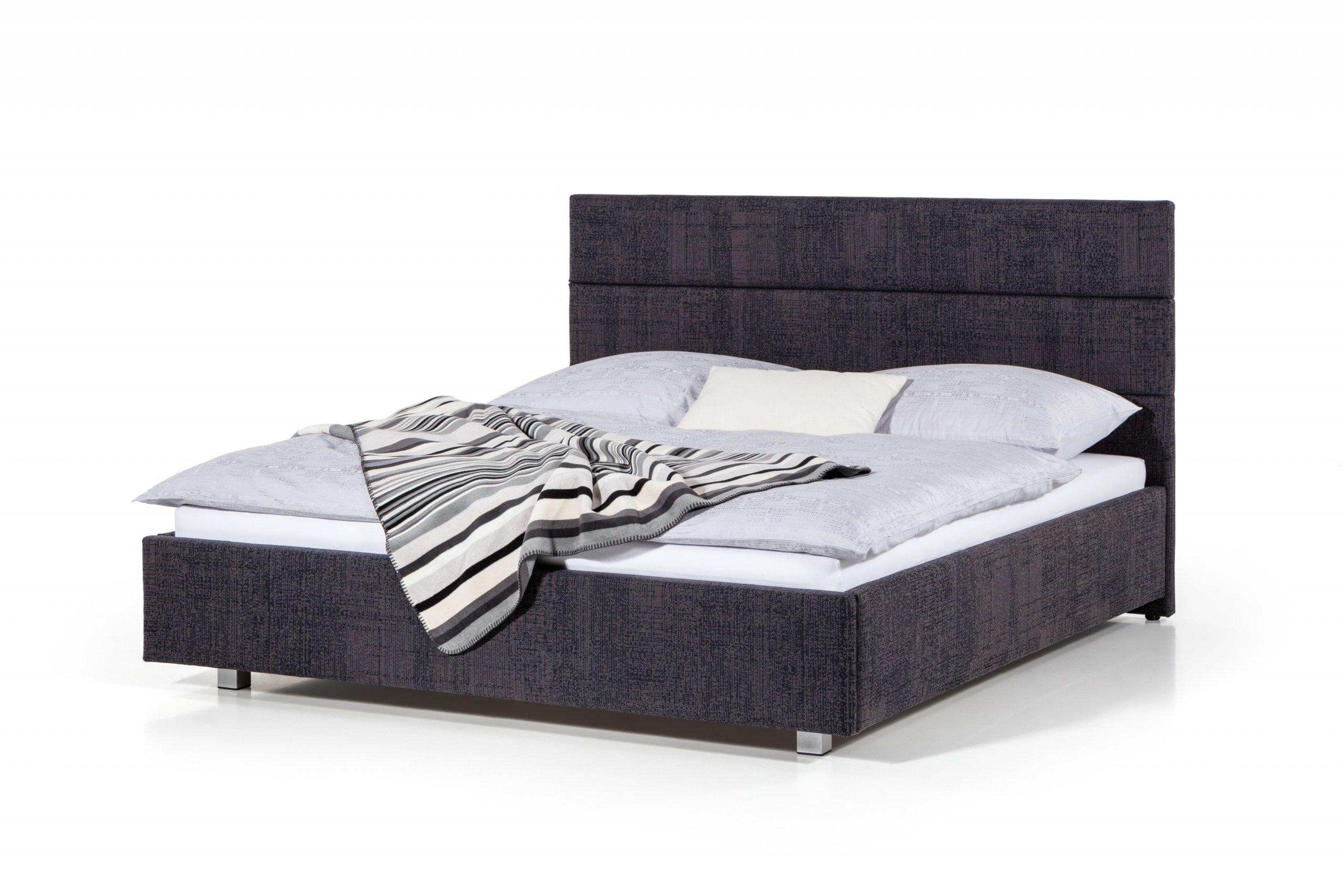 Čalouněná postel se zadním čelem vytvořeným z čalouněných pruhů. Lze doplnit o noční stolky.  - stabilní pevná konstrukce - pohodlná výška pro vstávání 45…