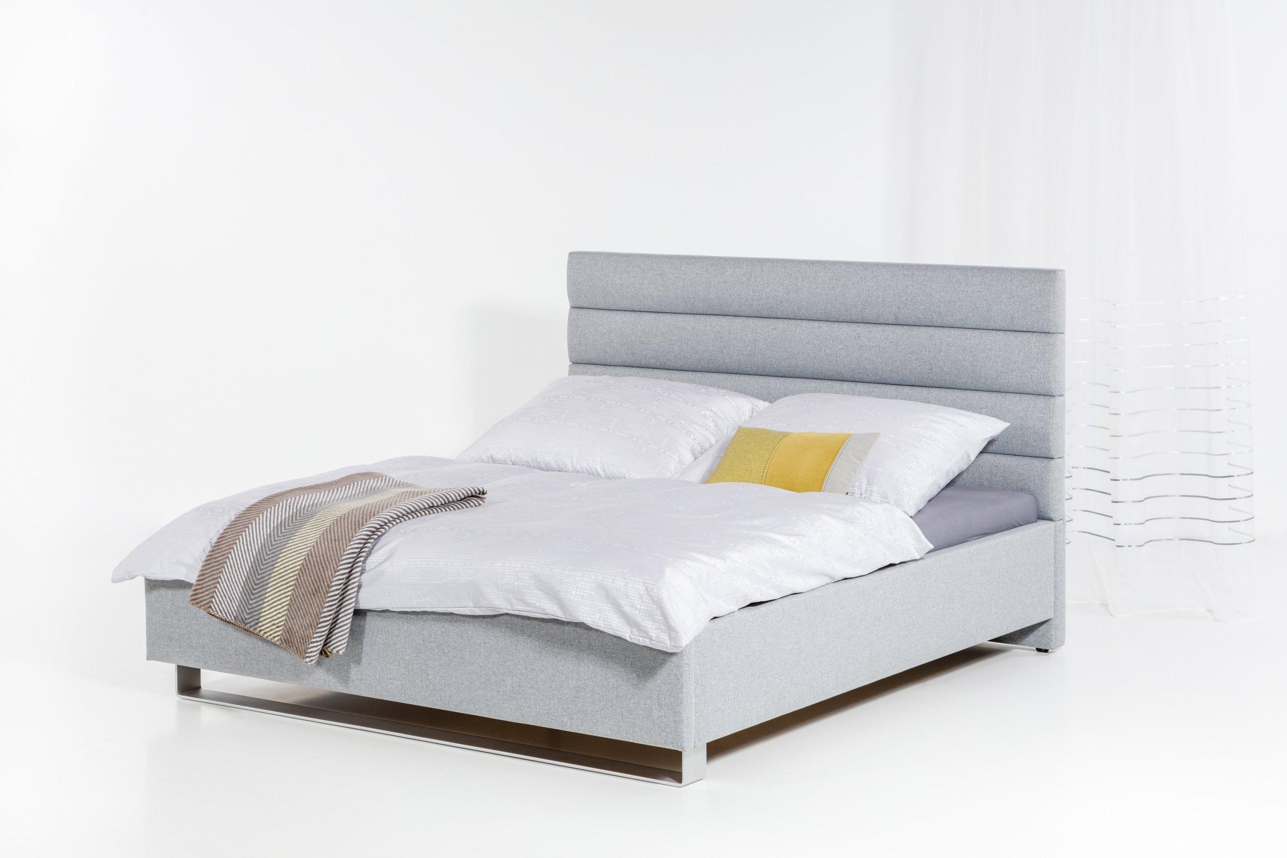 Čalouněná postel s čelem tvořeným z jednoduchých zaoblených pruhů.  - stabilní pevná konstrukce - pohodlná výška pro vstávání 45 cm - nastavení úrovně…