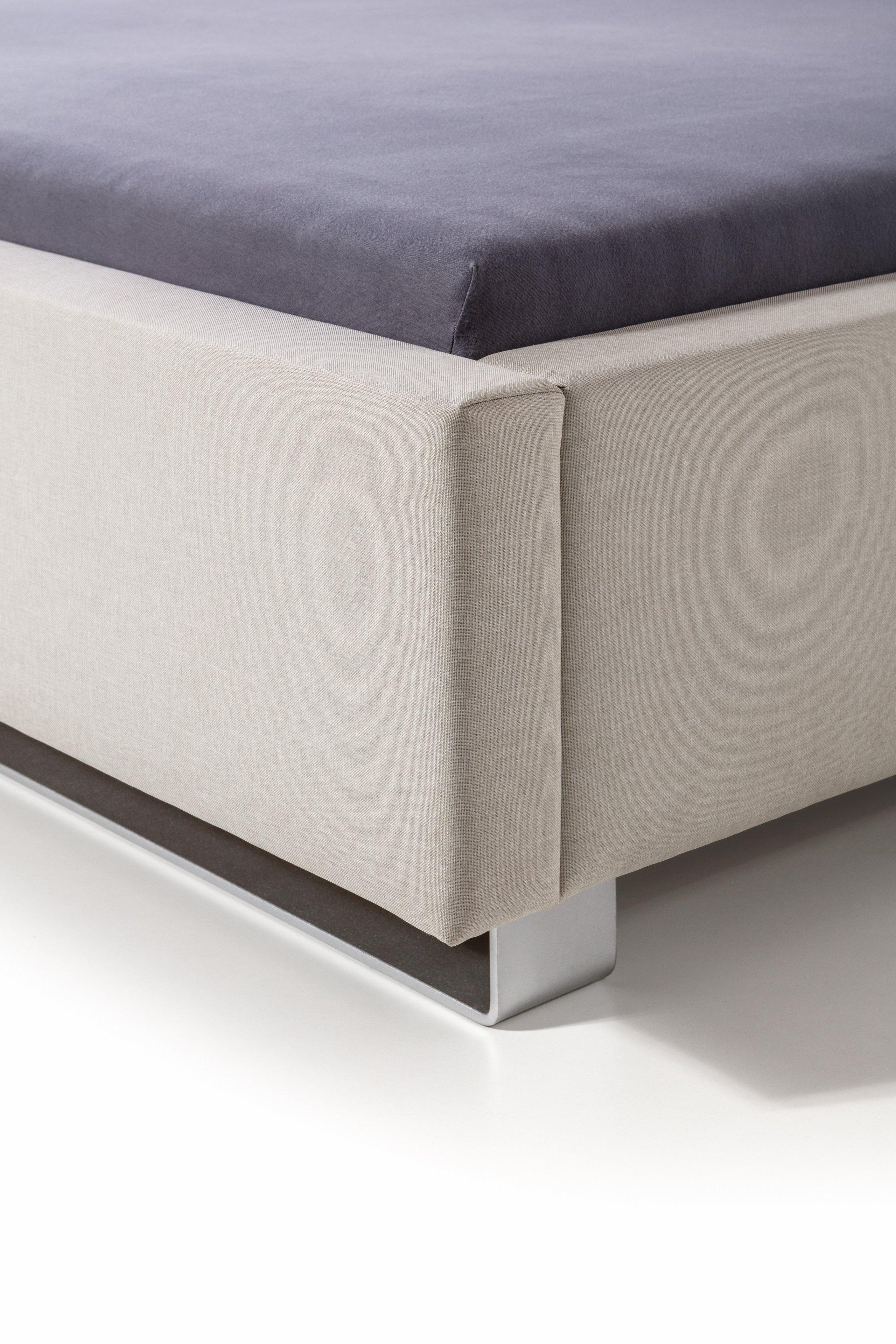 Čalouněná postel se zadním čelem sestaveným z očalouněných kostek.  - stabilní pevná konstrukce - pohodlná výška pro vstávání 45 cm - nastavení úrovně…