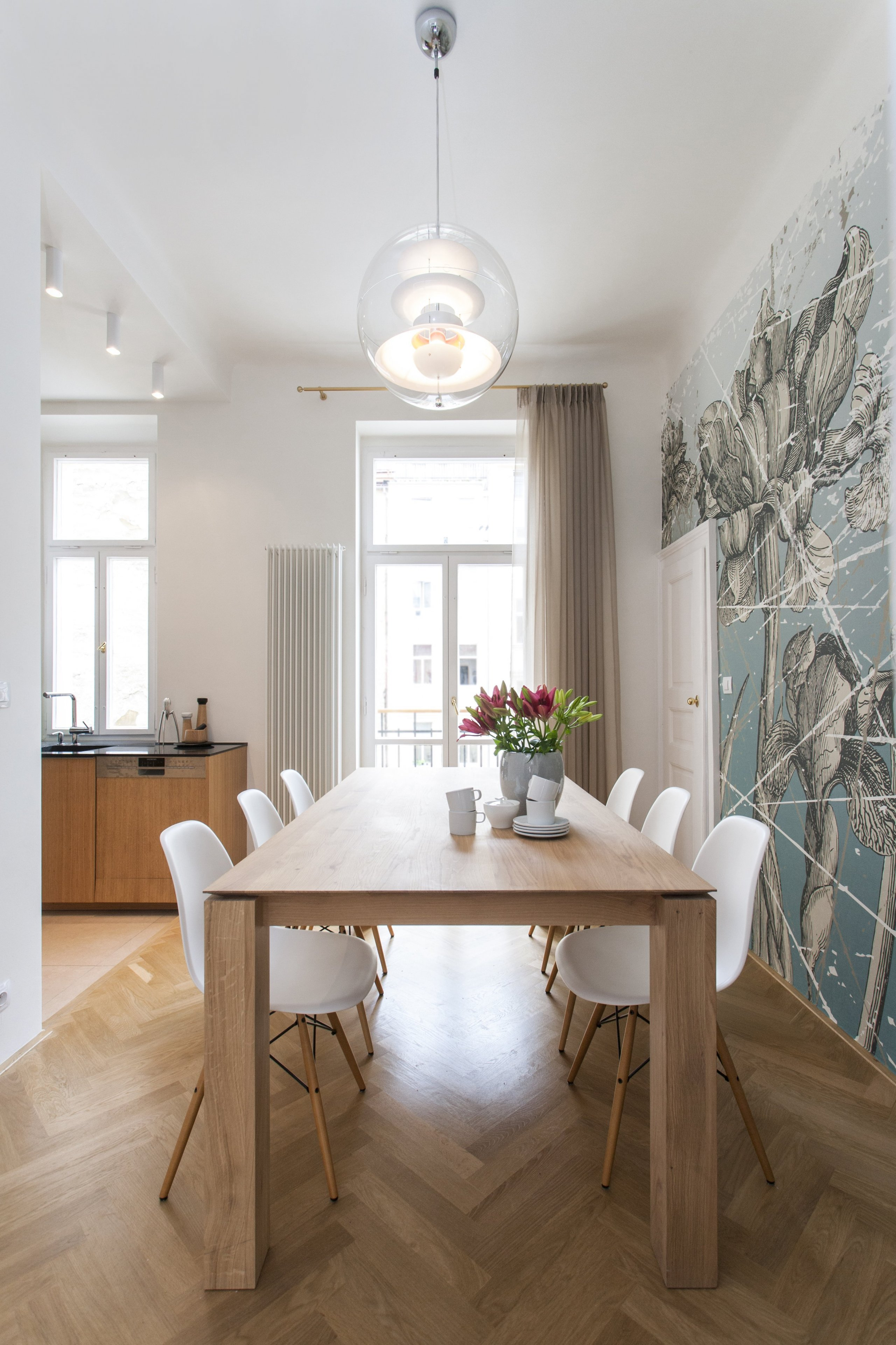 Byt dýchá příjemnou atmosférou,dům je ze 30. let 20. století v klidné ulici přímo v centru pražského dění. Při rekonstrukci se podařílo zachovat řadu…