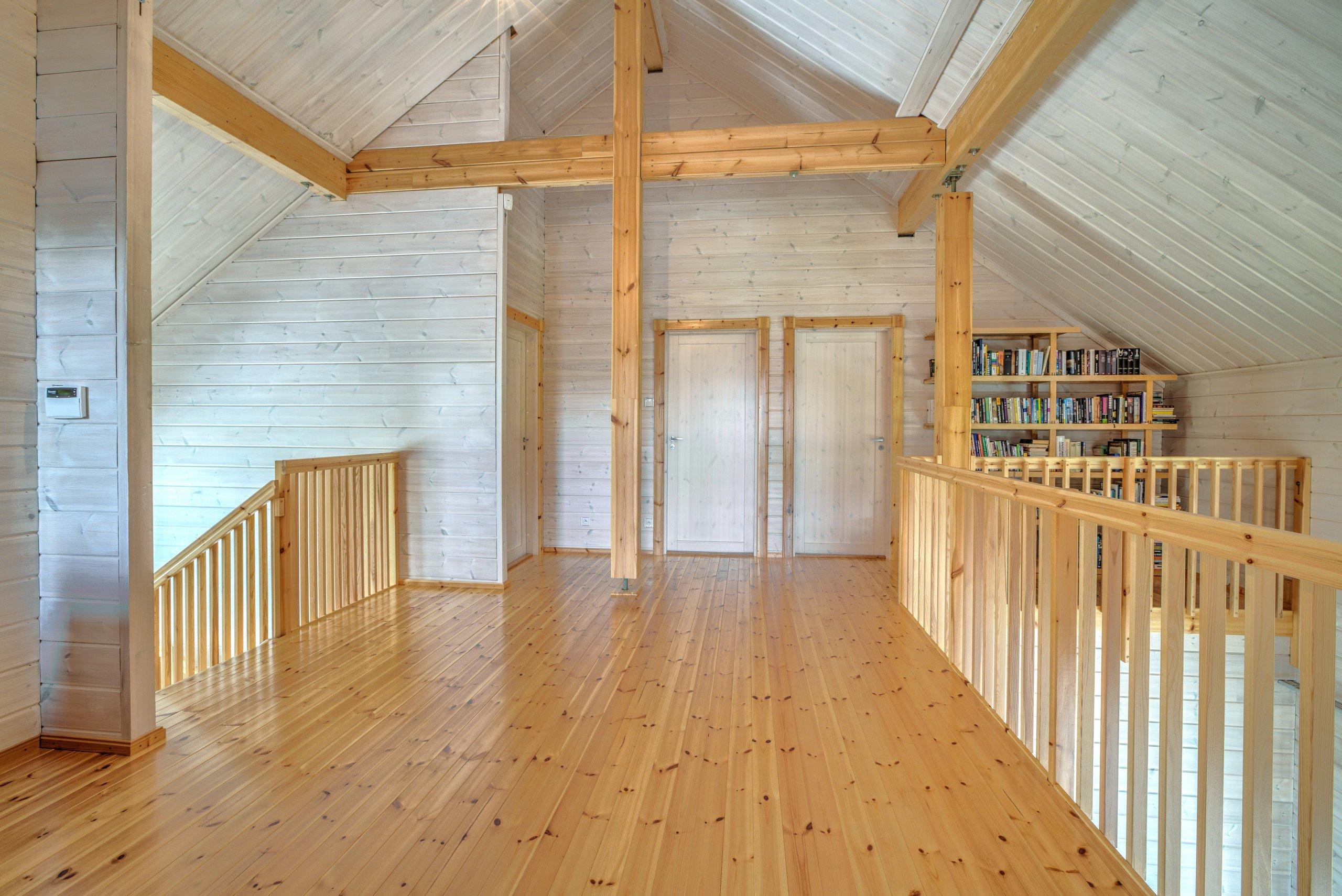 Prostorný finský srubový dům z nesedavých trámů vyrobených unikátní technologií z pomalu rostlé arktické borovice. Dřevo je ponecháno v přírodní barvě. V…