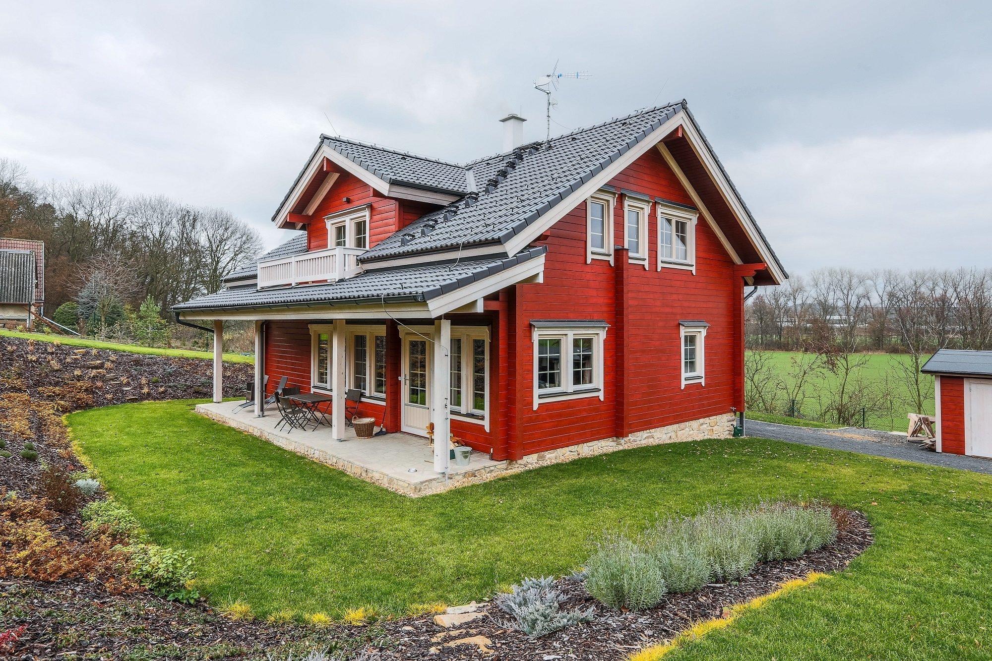 Finský srubový dům Kontio byl postaven v malebném prostředí v blízkosti řeky Ohře. Faluňská červeň použitá jako vnější nátěr dělá z domu skutečný originál. Dům…